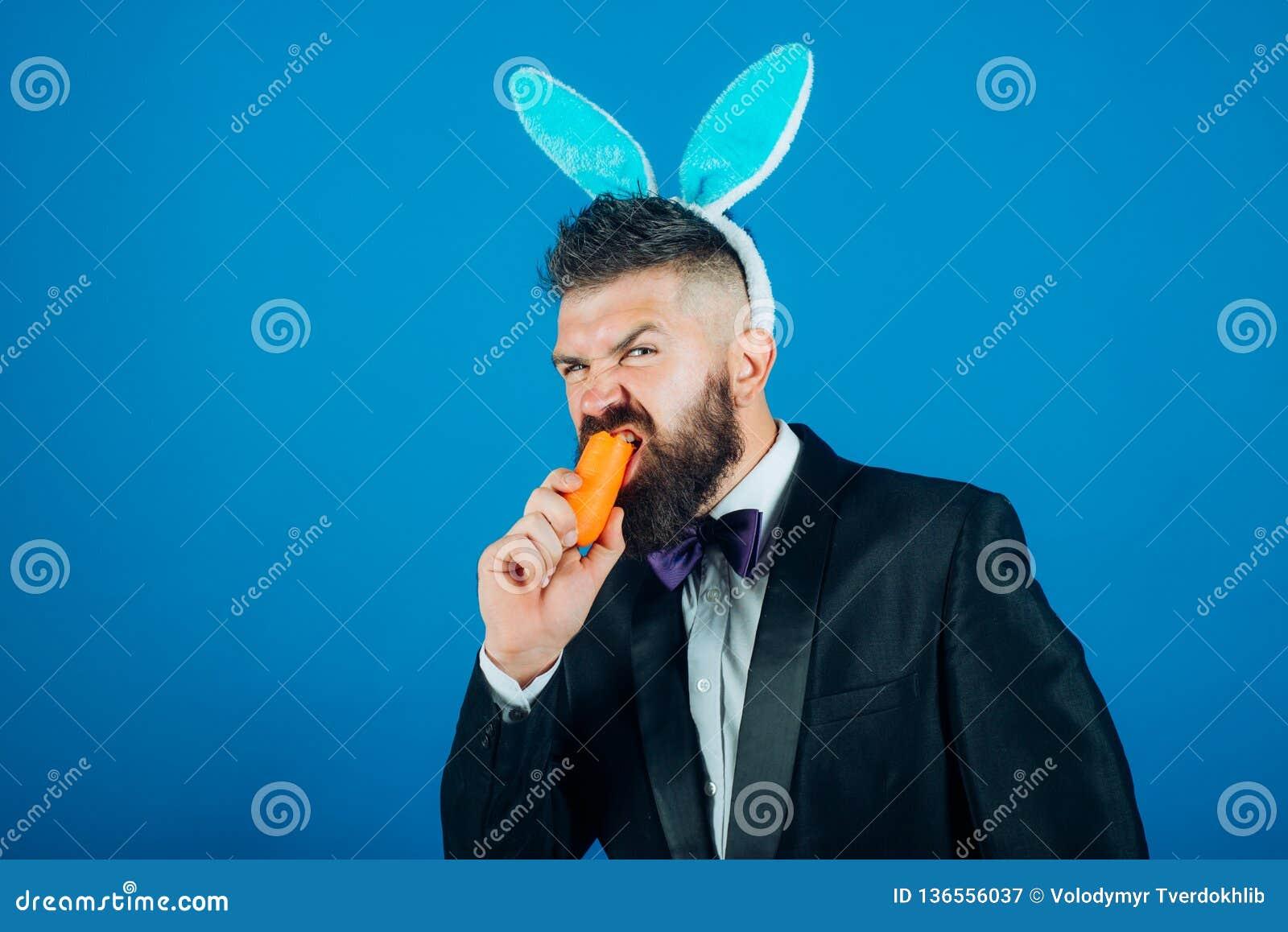 愉快的复活节彩蛋 微笑复活节人 衣服的人与兔宝宝兔子耳朵 复活节兔子礼服