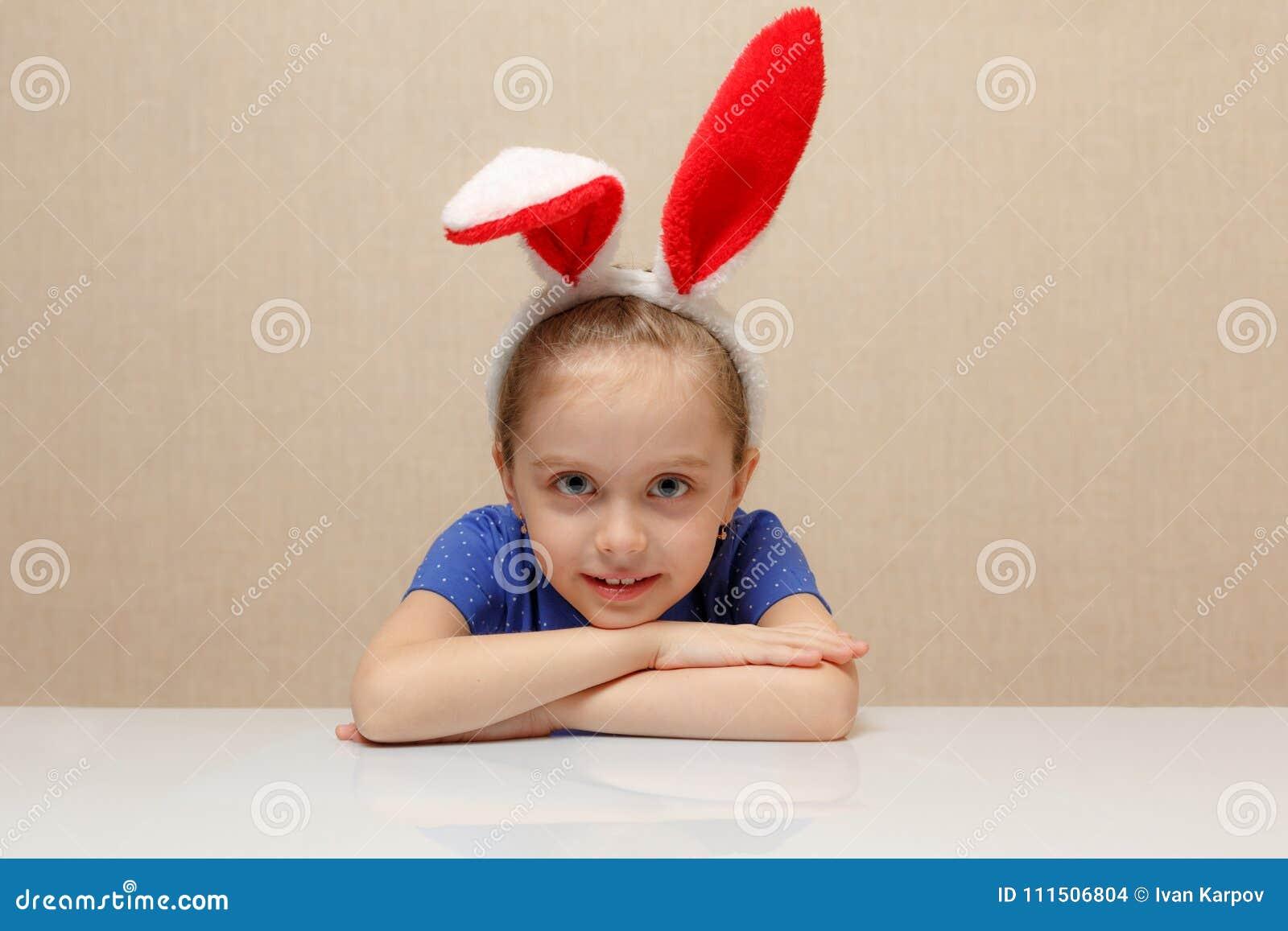 愉快的复活节 有兔宝宝耳朵的儿童女孩