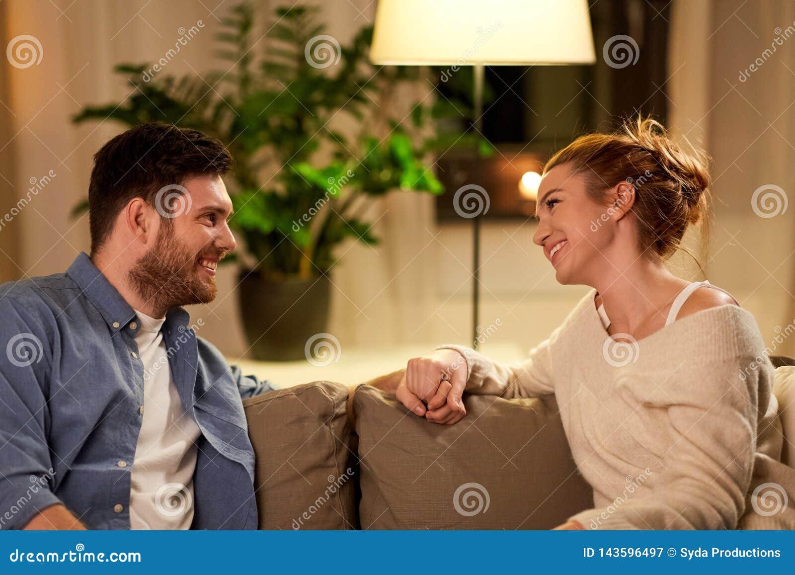 愉快的夫妇在家谈话在晚上