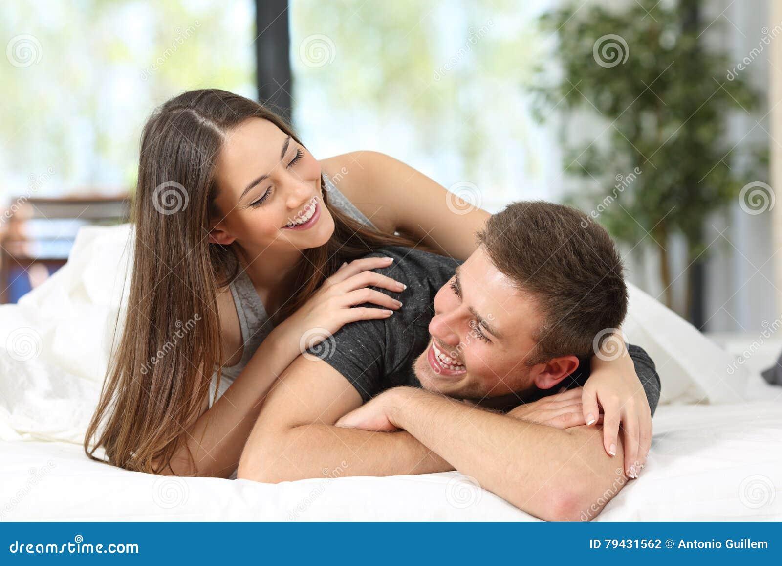 愉快的夫妇或婚姻耍笑在床上