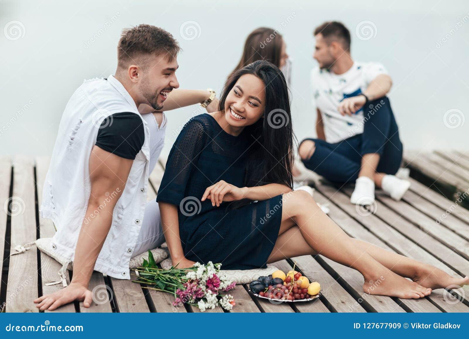 愉快的夫妇获得休息由河的乐趣
