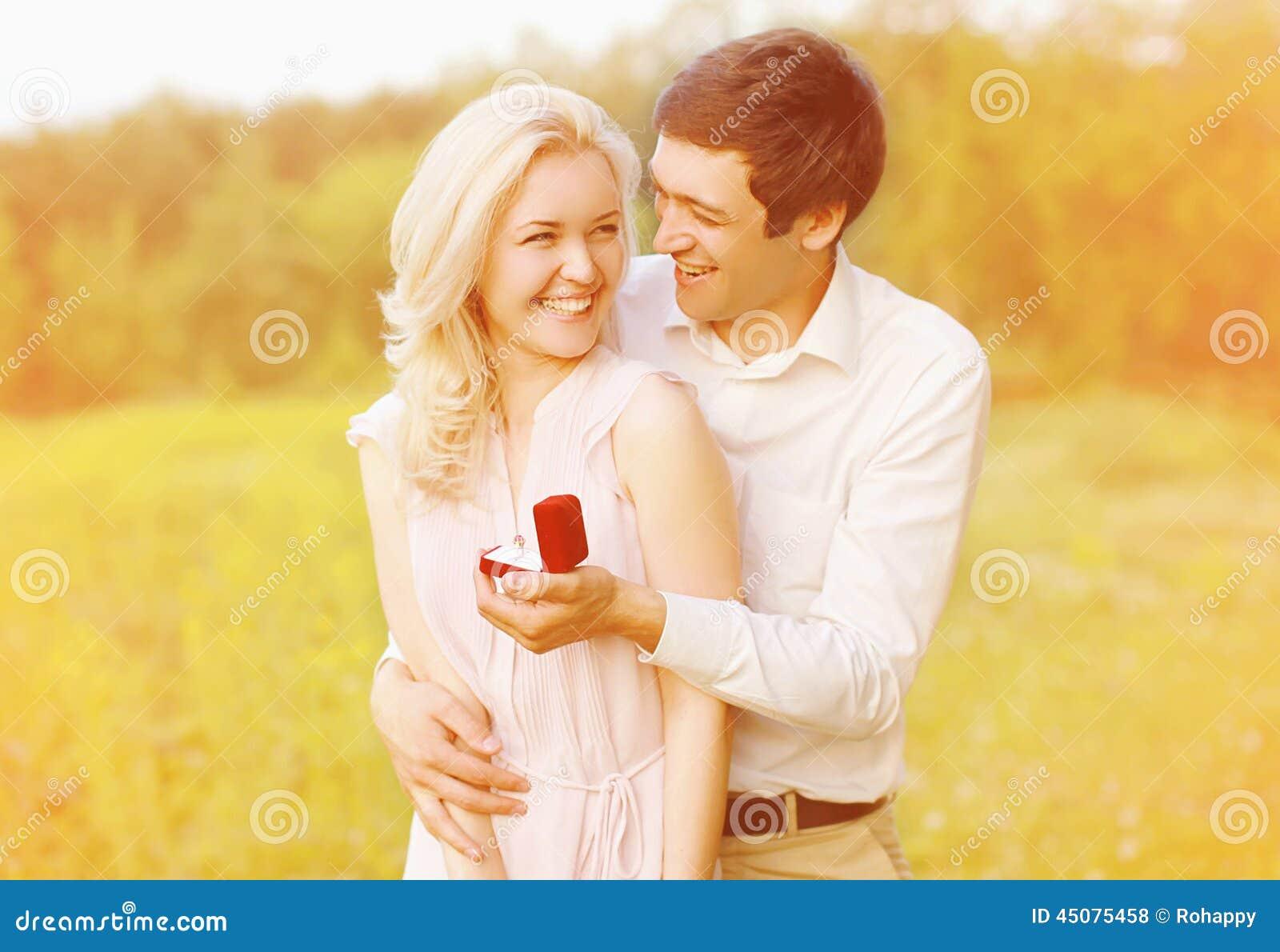 愉快的夫妇,圆环,订婚