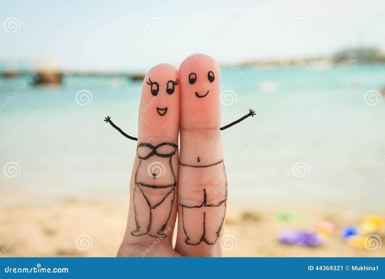 愉快的夫妇 男人和妇女有海滩的一基于在游泳衣