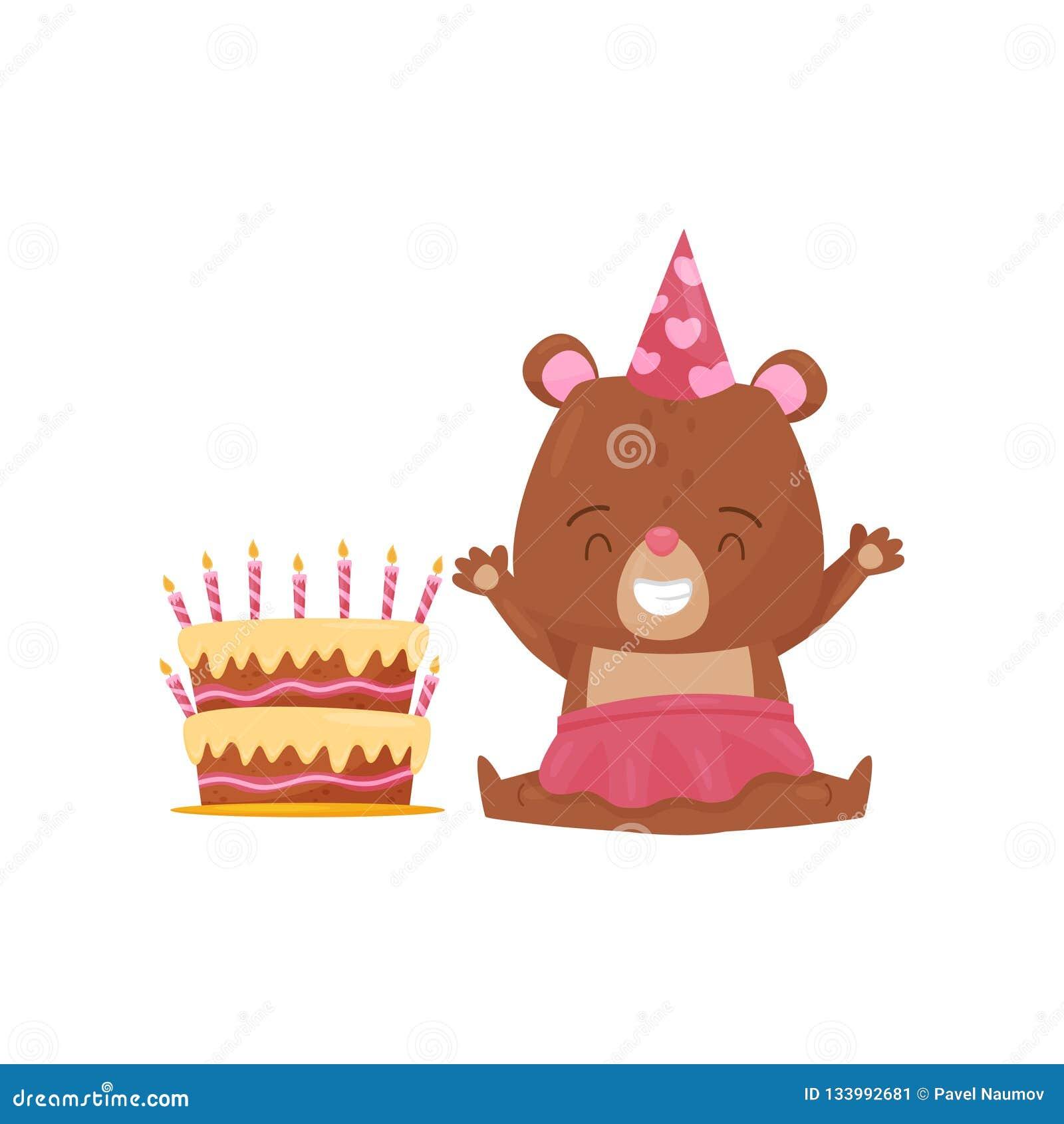 愉快的女孩熊坐地板在大生日蛋糕附近 被赋予人性的动物和假日点心 平的传染媒介象