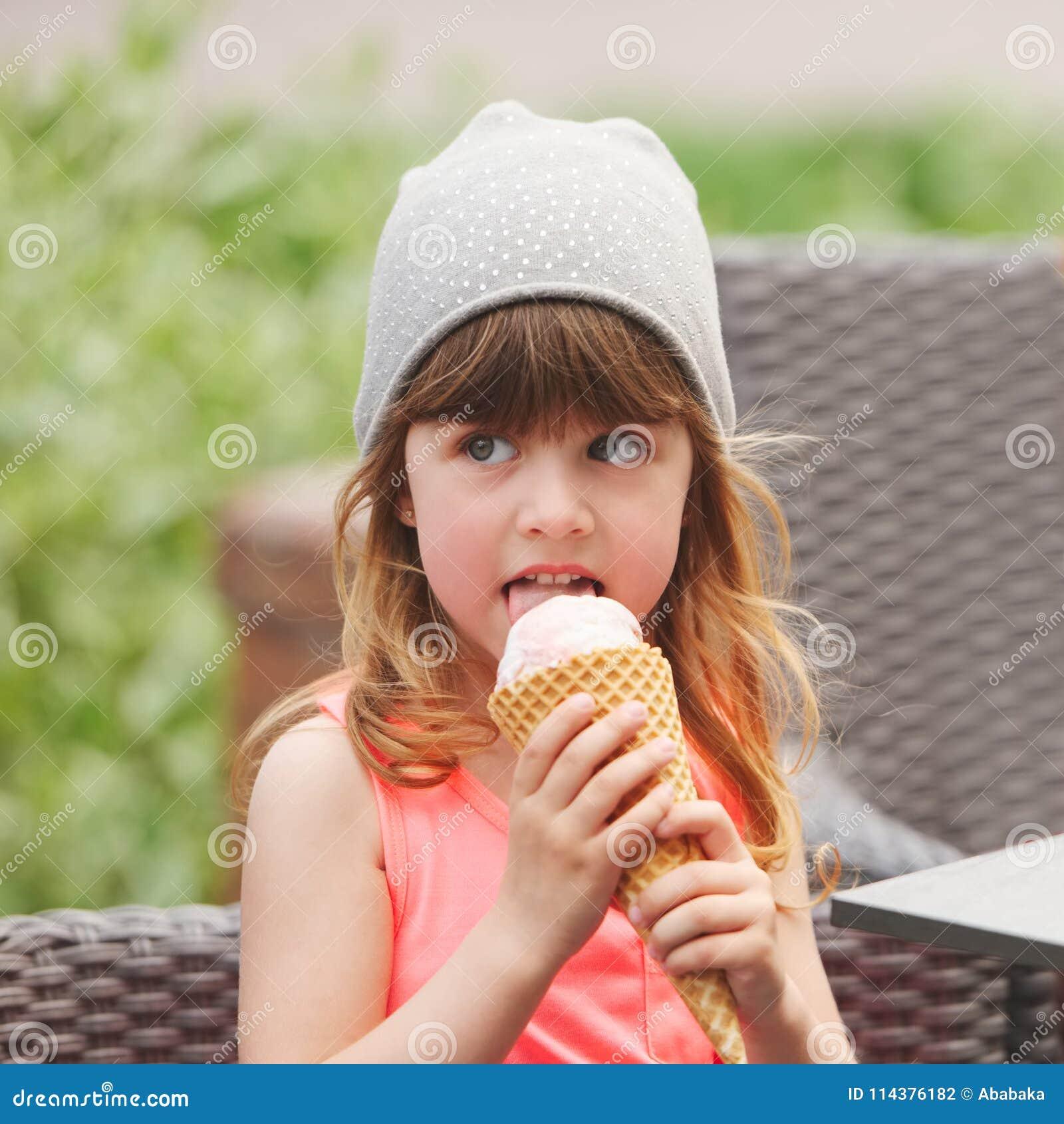 愉快的女孩用冰淇凌
