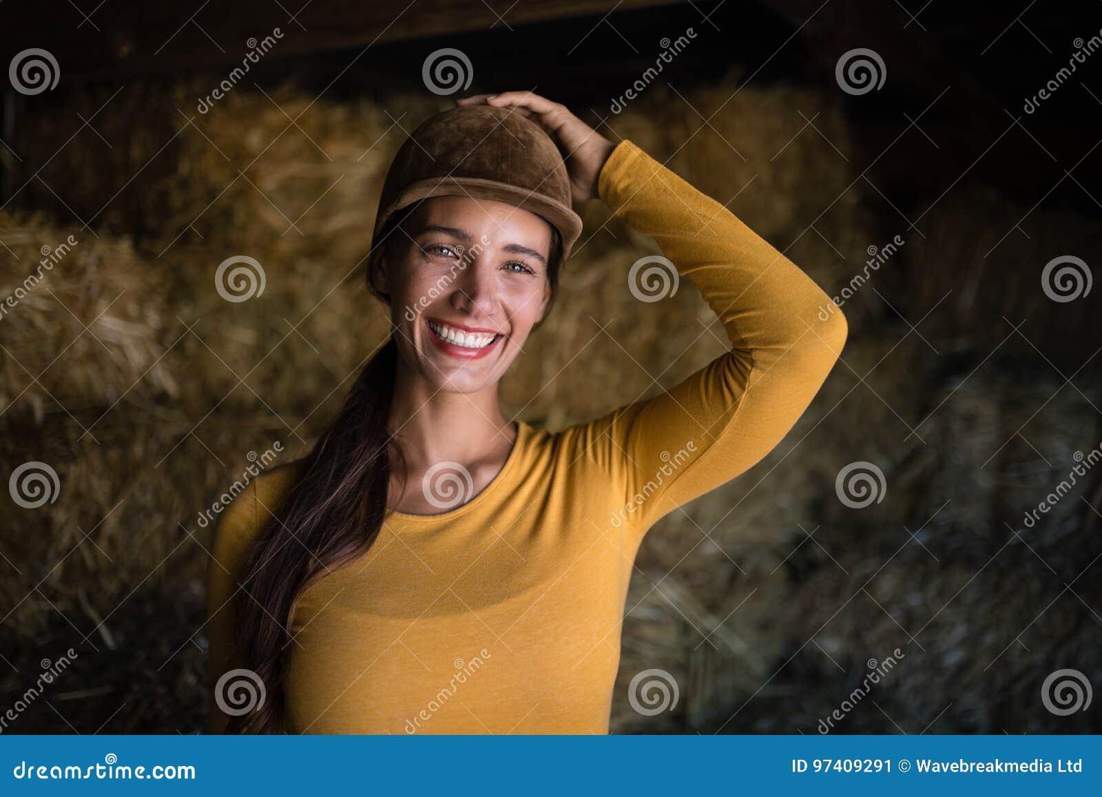 愉快的女性骑师画象在槽枥