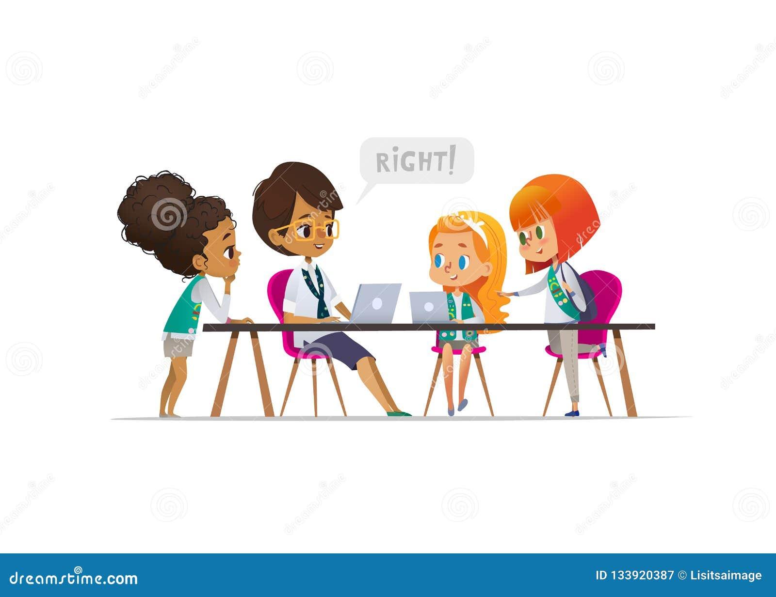愉快的女童子军和女性学会编程的队伍领导在教训,编制程序的概念期间孩子的侦察的