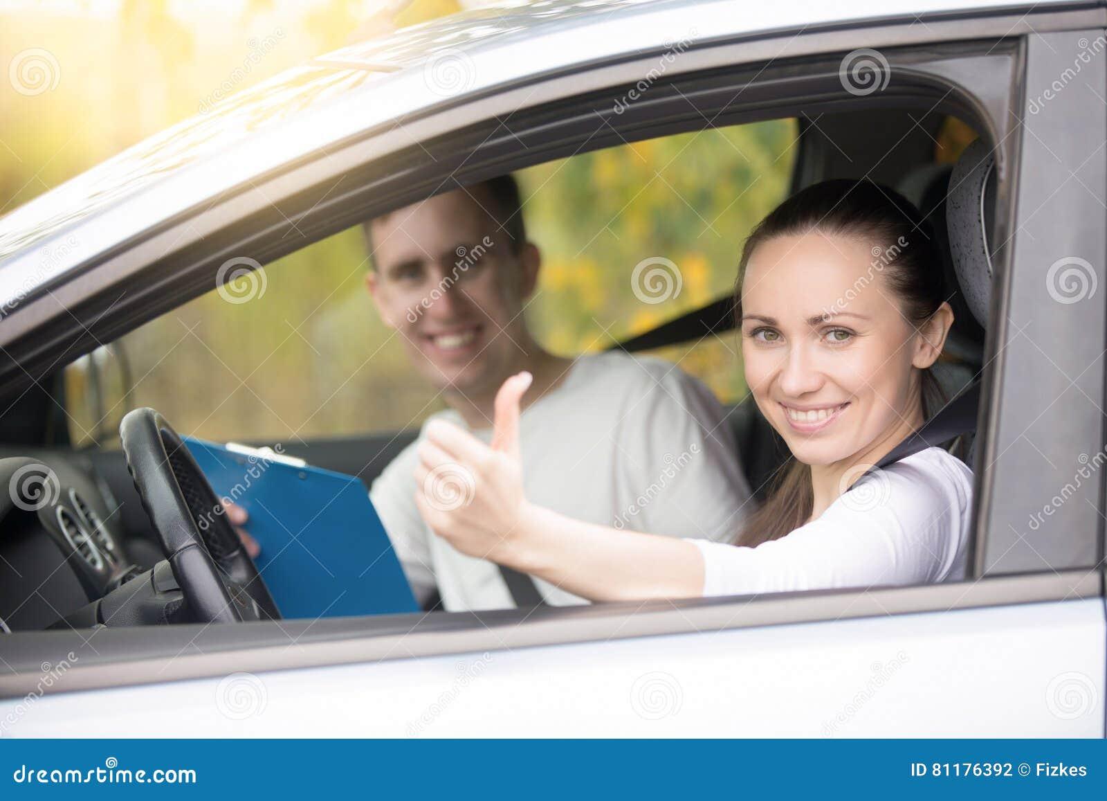 年轻愉快的妇女和人汽车的