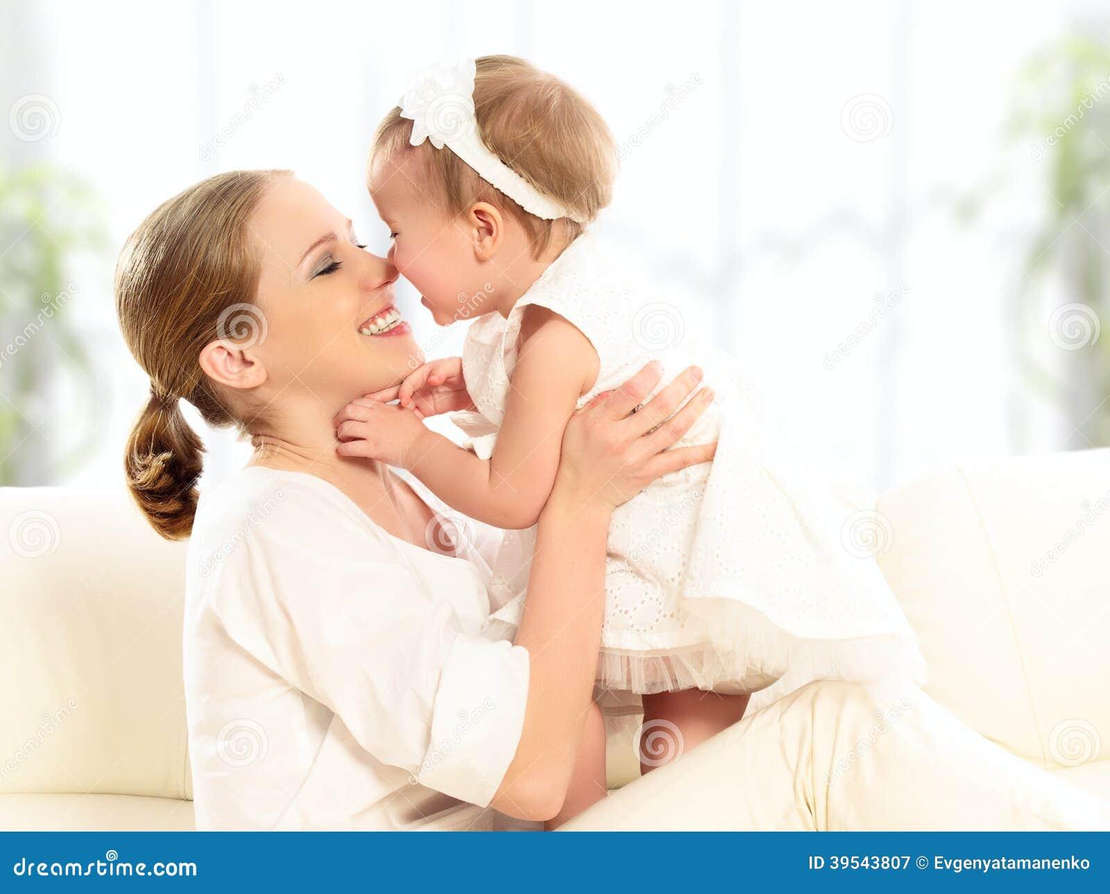 愉快的家庭。母亲和小女儿戏剧,拥抱,亲吻