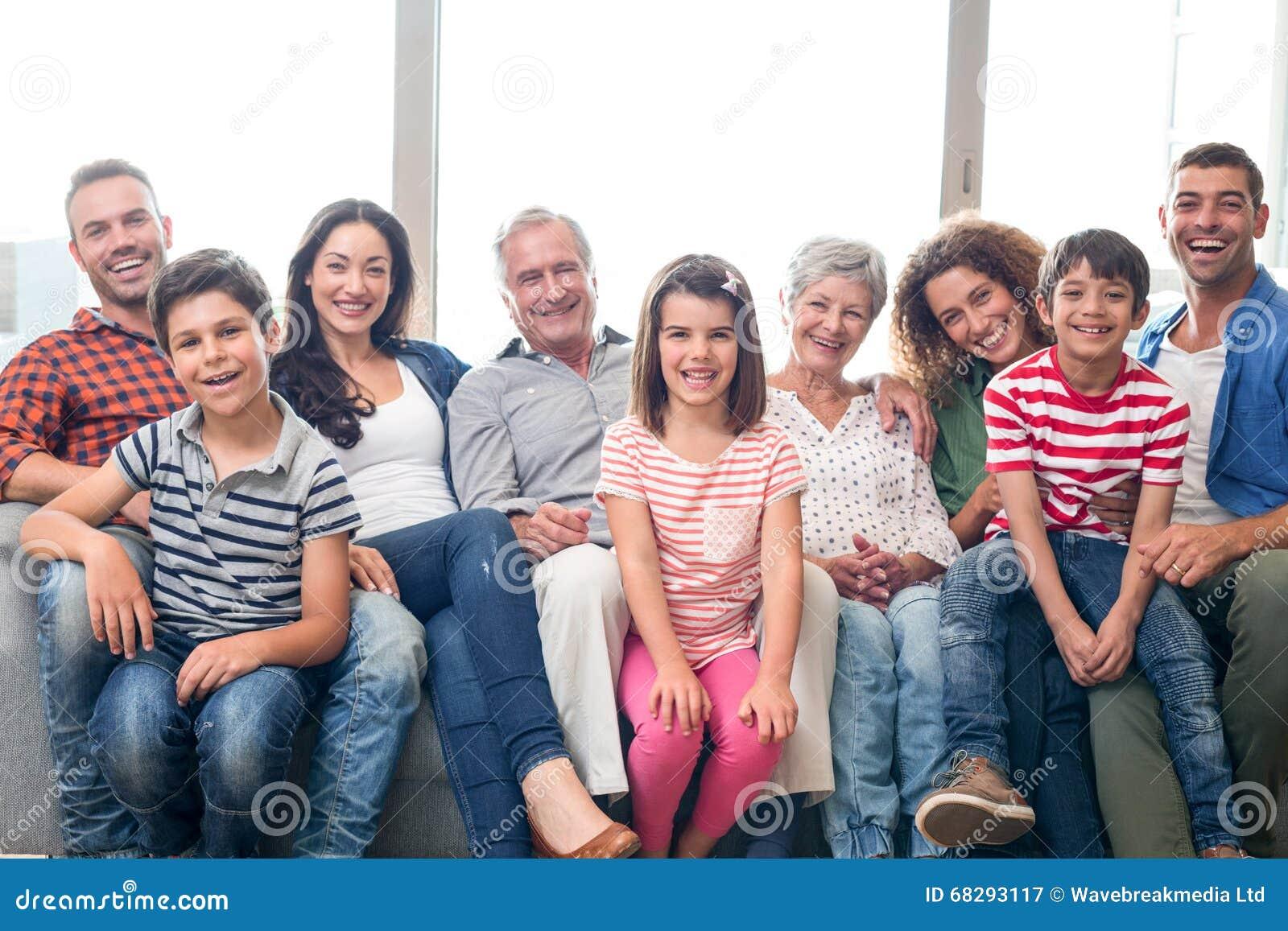 愉快的家庭坐沙发