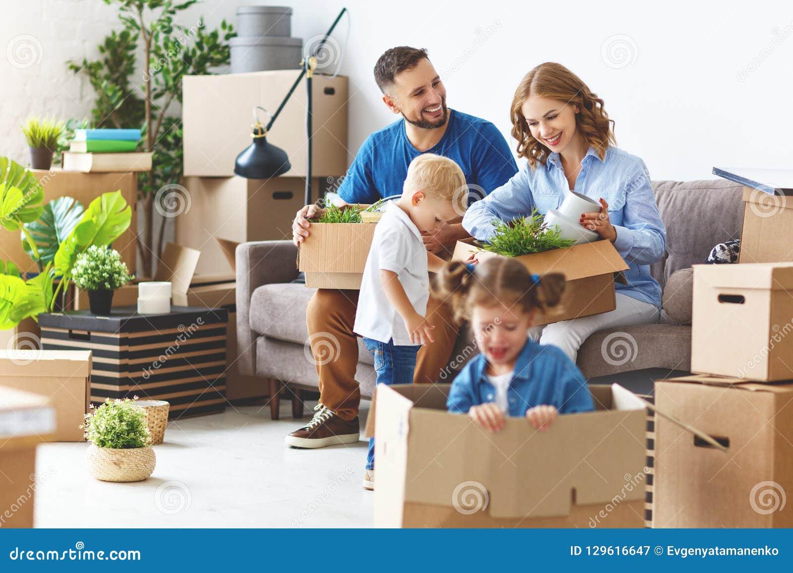 愉快的家庭母亲父亲和孩子移动向新的公寓