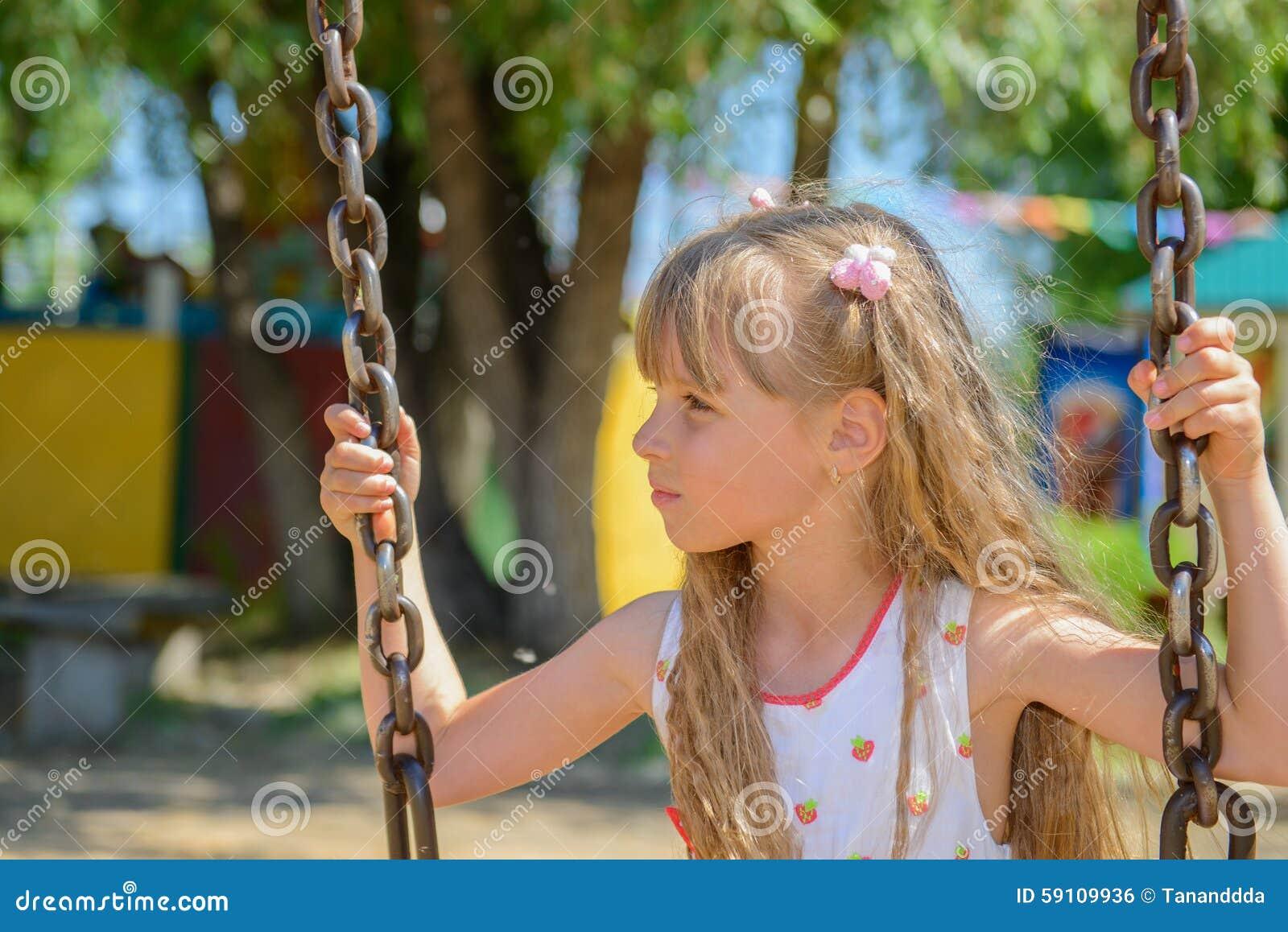 愉快的小女孩佩带夏天的五岁穿戴获得乐趣