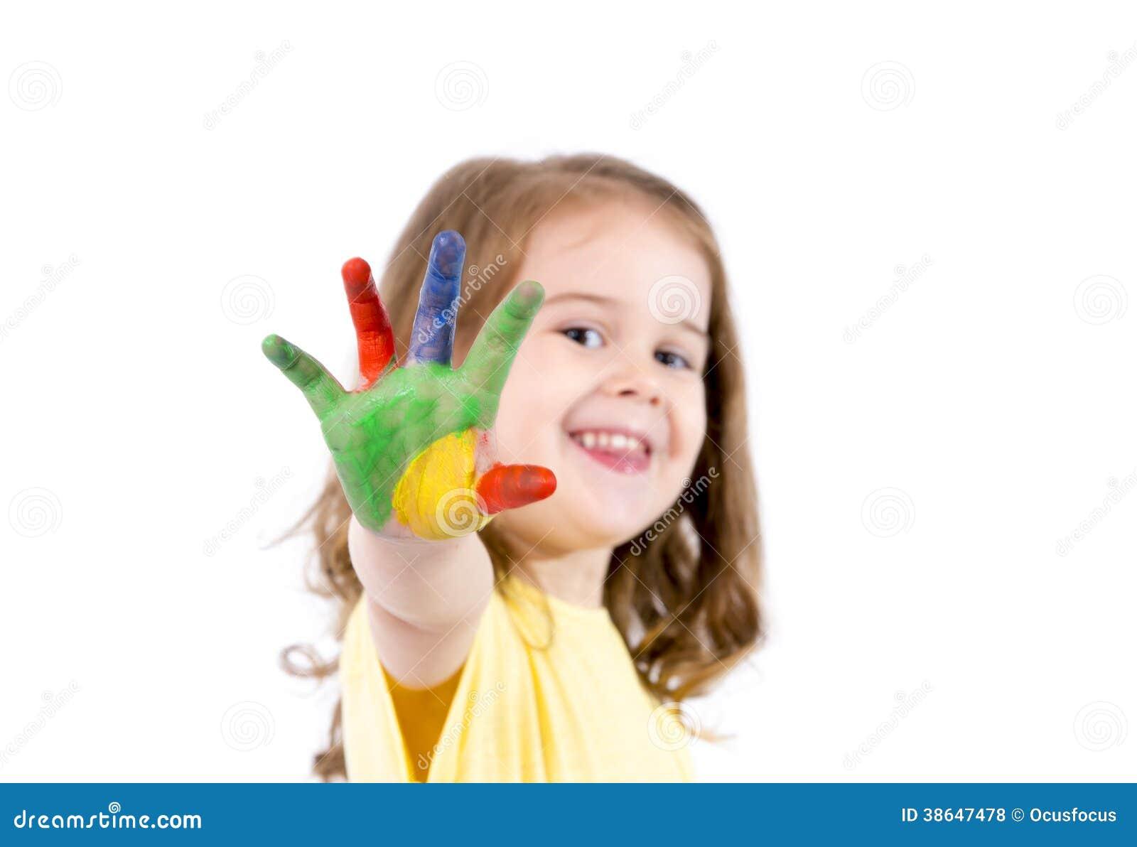 愉快的小女孩用在颜色绘的手