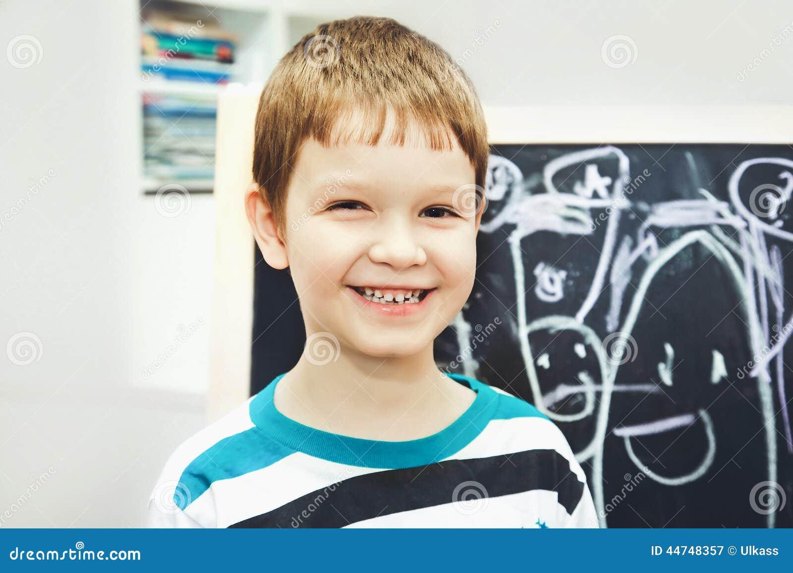 愉快的小男孩在与字母表的校务委员会面前 educ