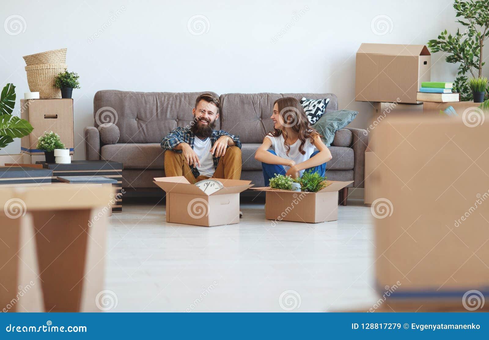 愉快的年轻人已婚夫妇移动向新的公寓