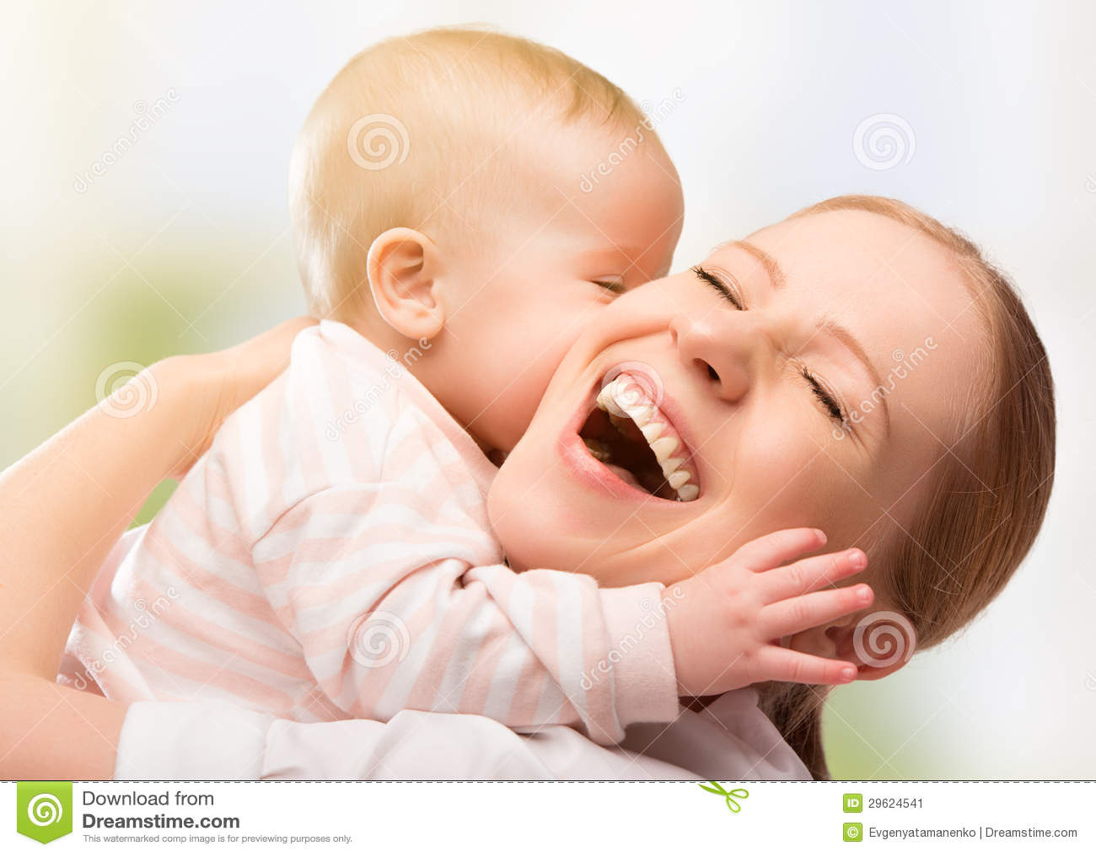 愉快的快乐的系列。 母亲和婴孩亲吻