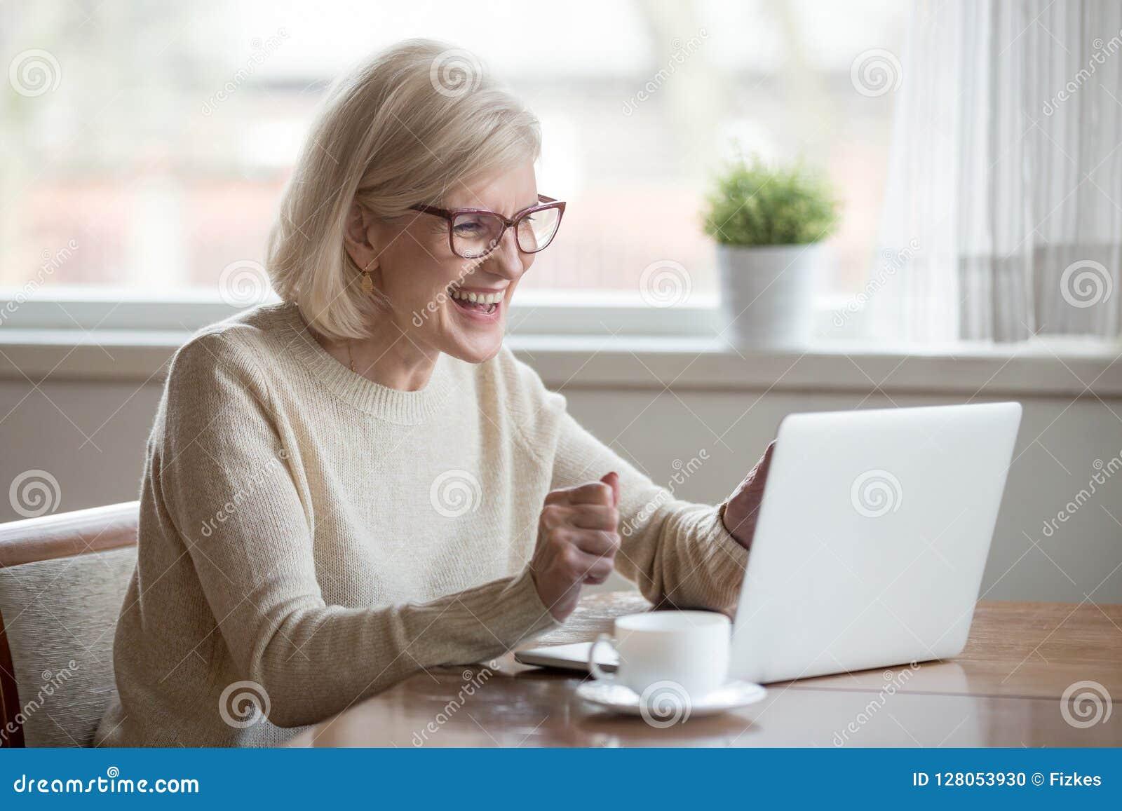 愉快的成熟女实业家激发读看的好消息