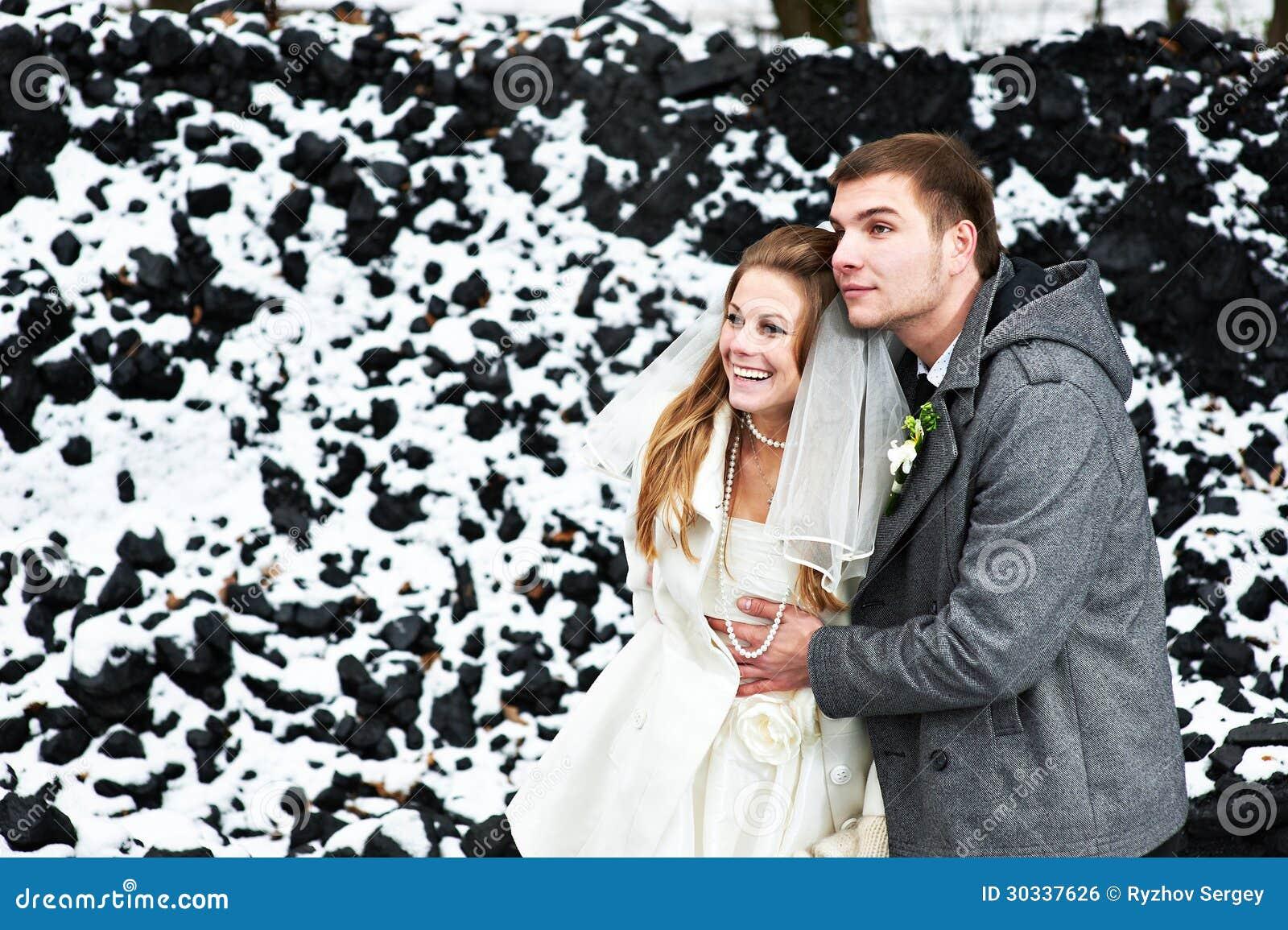 愉快的新娘和新郎在冬日