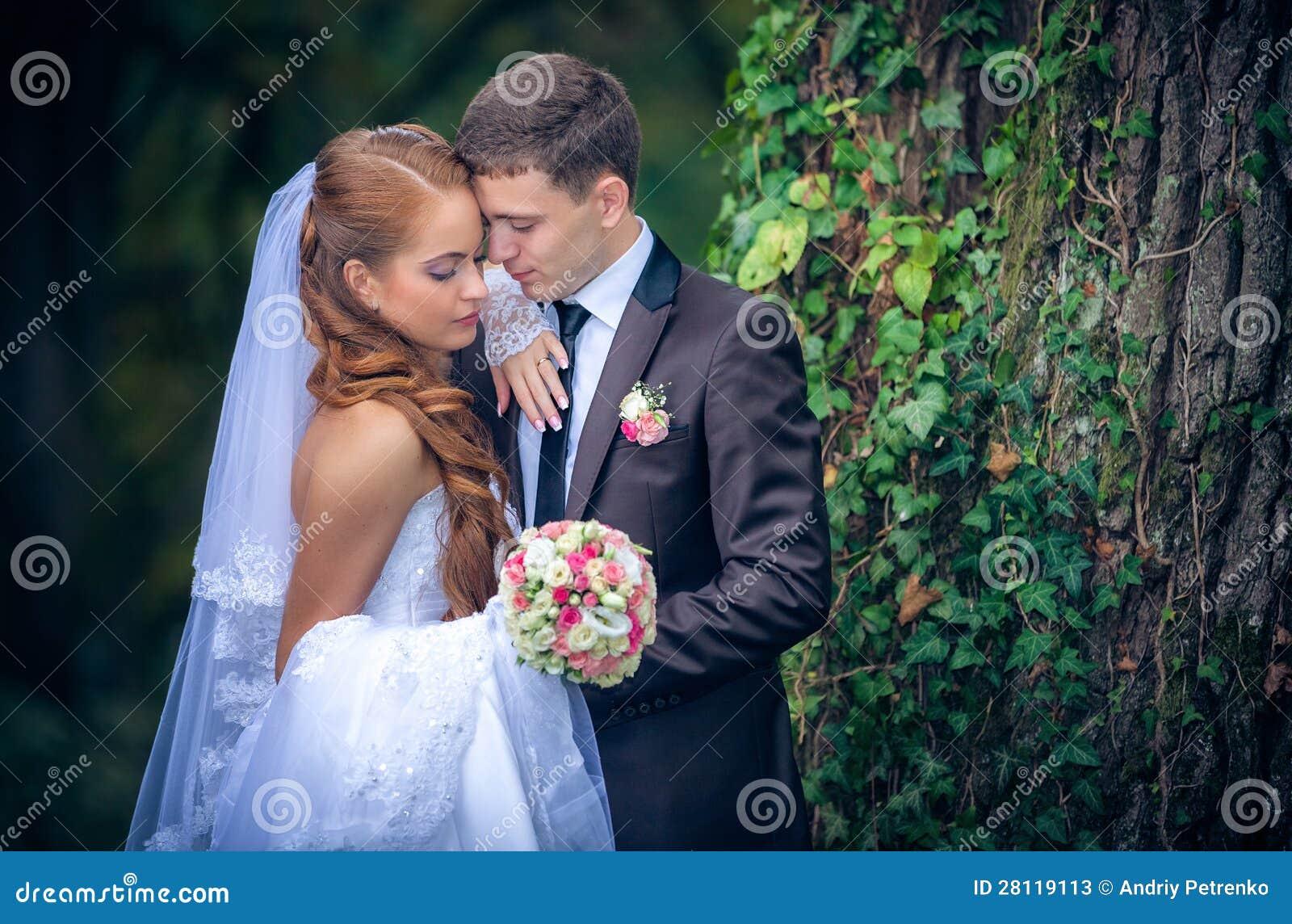 愉快的新娘和新郎