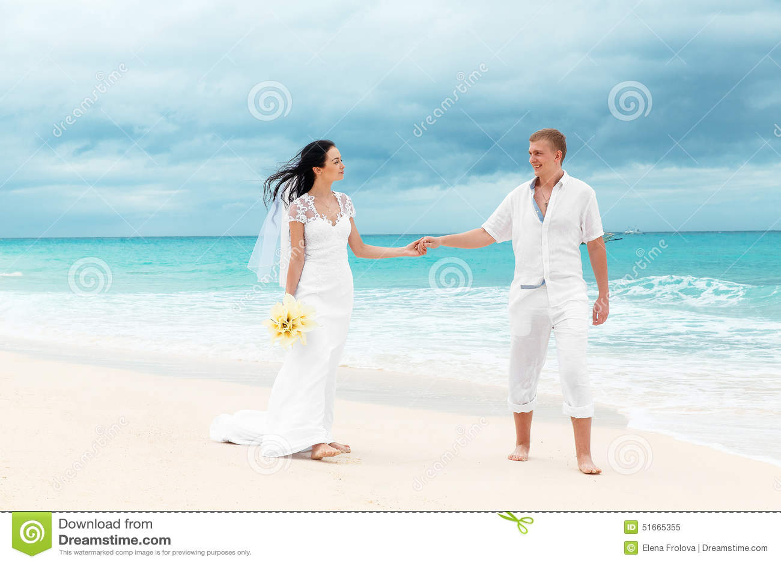 愉快的新郎和新娘含沙热带海滩的 婚礼和h