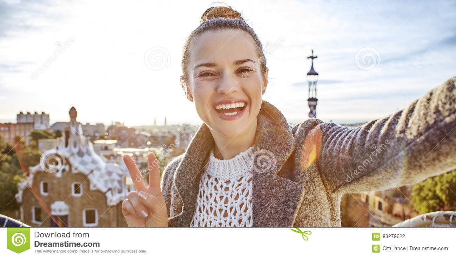 愉快的时髦旅游妇女在巴塞罗那,采取selfie的西班牙
