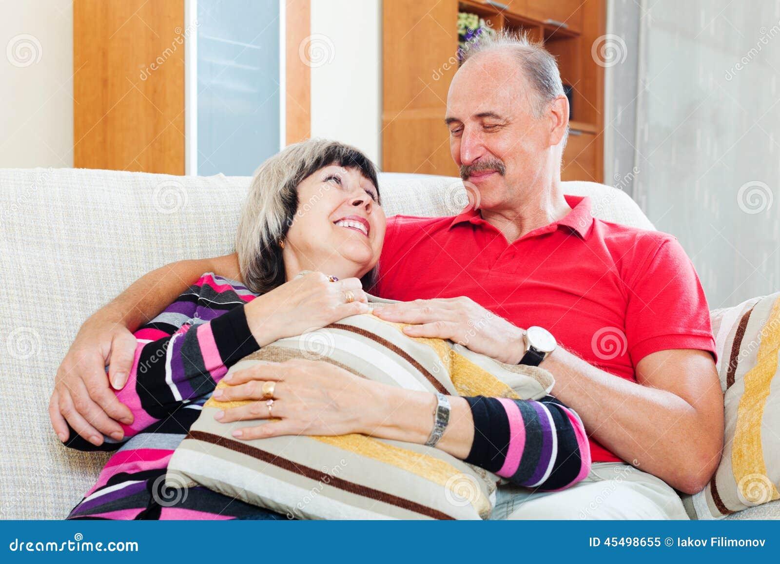 愉快的普通的成熟夫妇画象