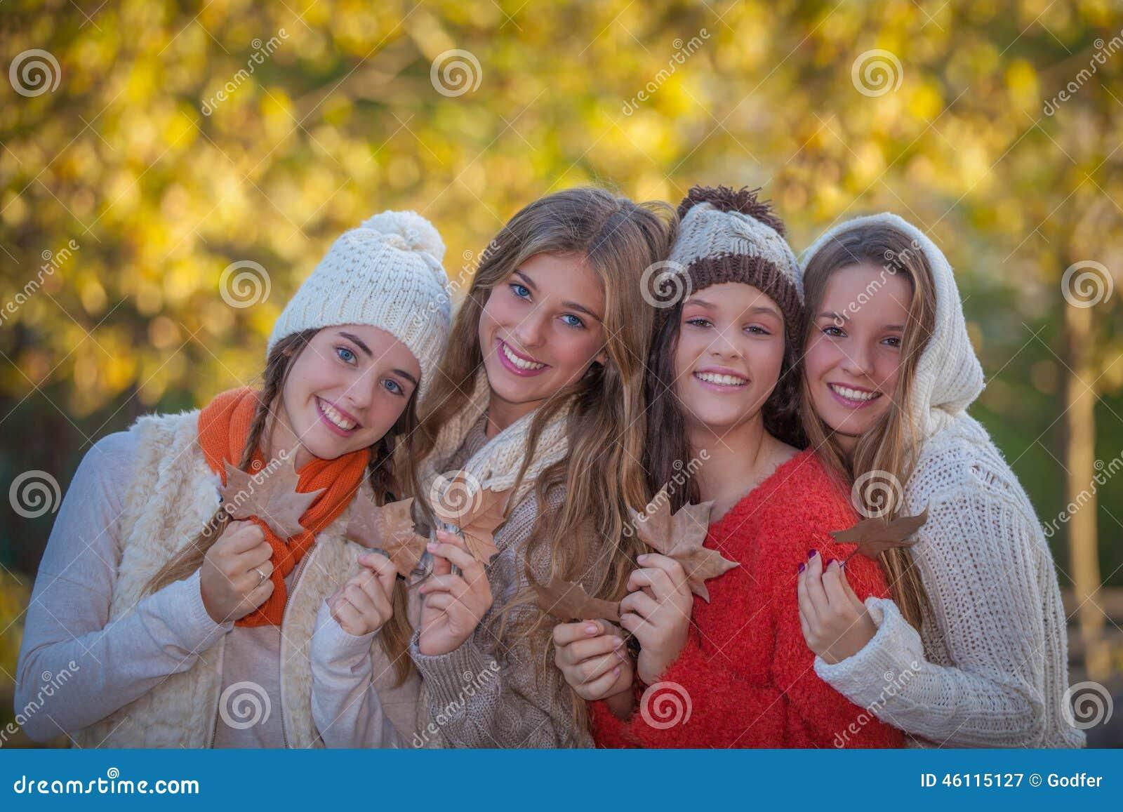 愉快的朋友和微笑在秋天