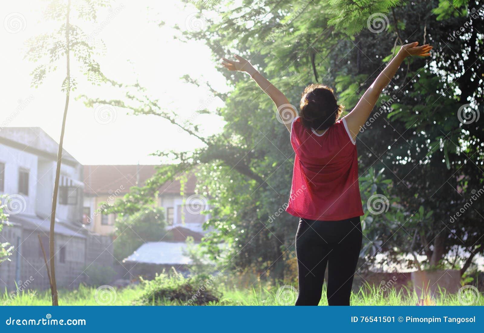 愉快的欢呼的庆祝的成功妇女