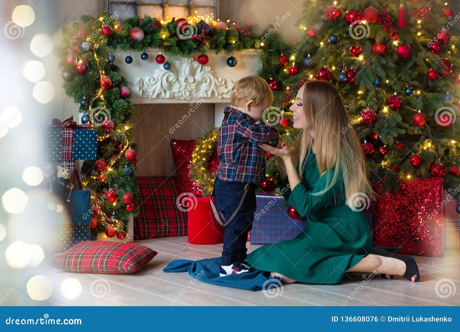 愉快的母亲画象和可爱的婴孩庆祝圣诞节 新年` s假日 有妈妈的小孩的欢乐地装饰
