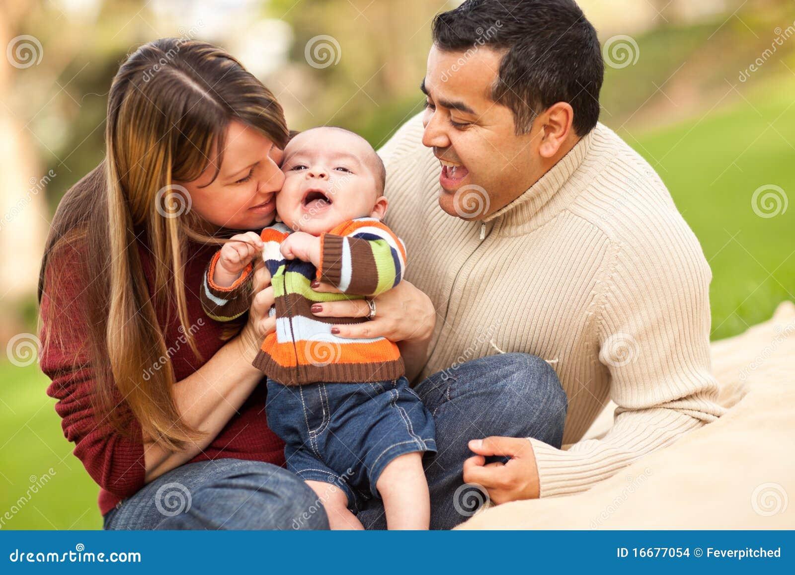 愉快的混杂的父项演奏他们种族的儿&#
