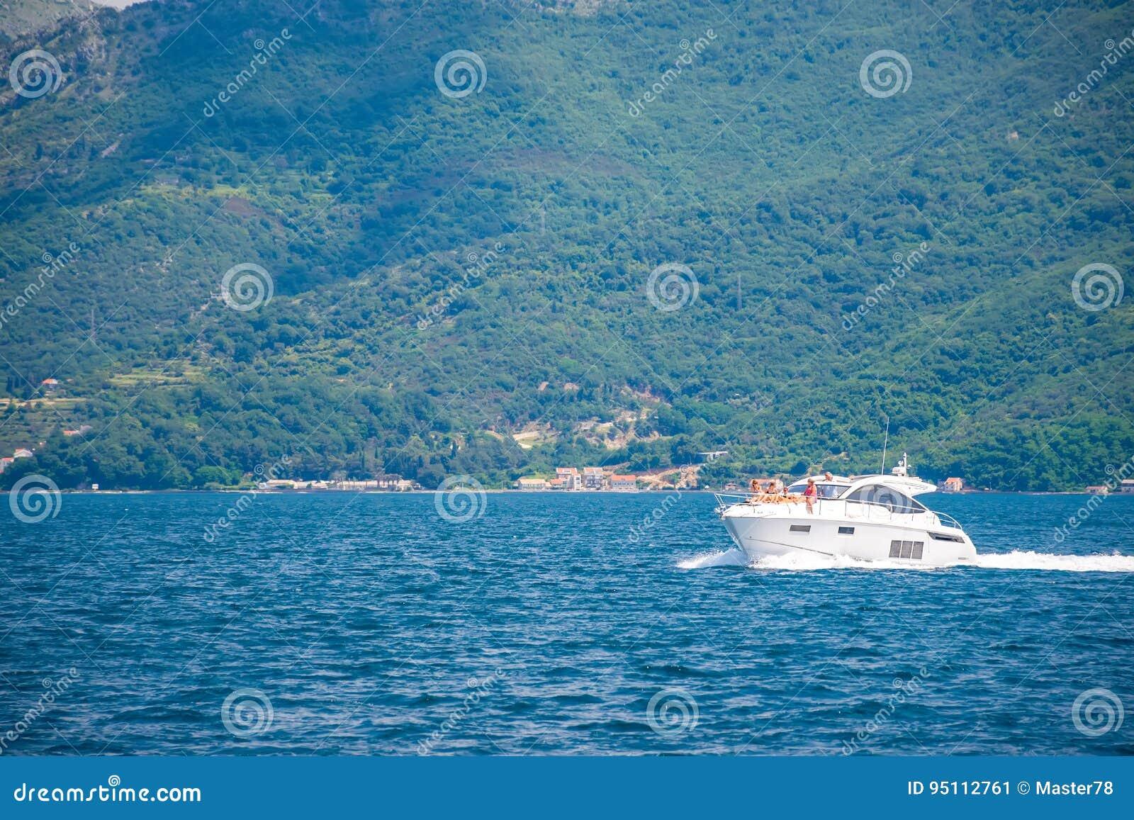 愉快的游人在游船晒日光浴