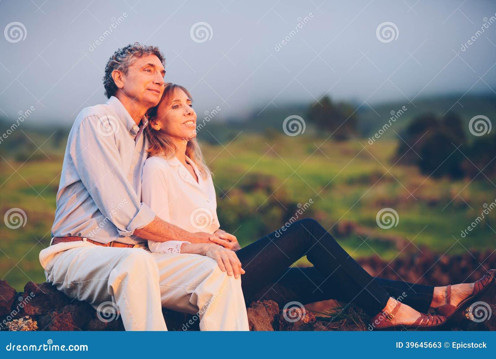 愉快的爱恋的中部年迈的夫妇