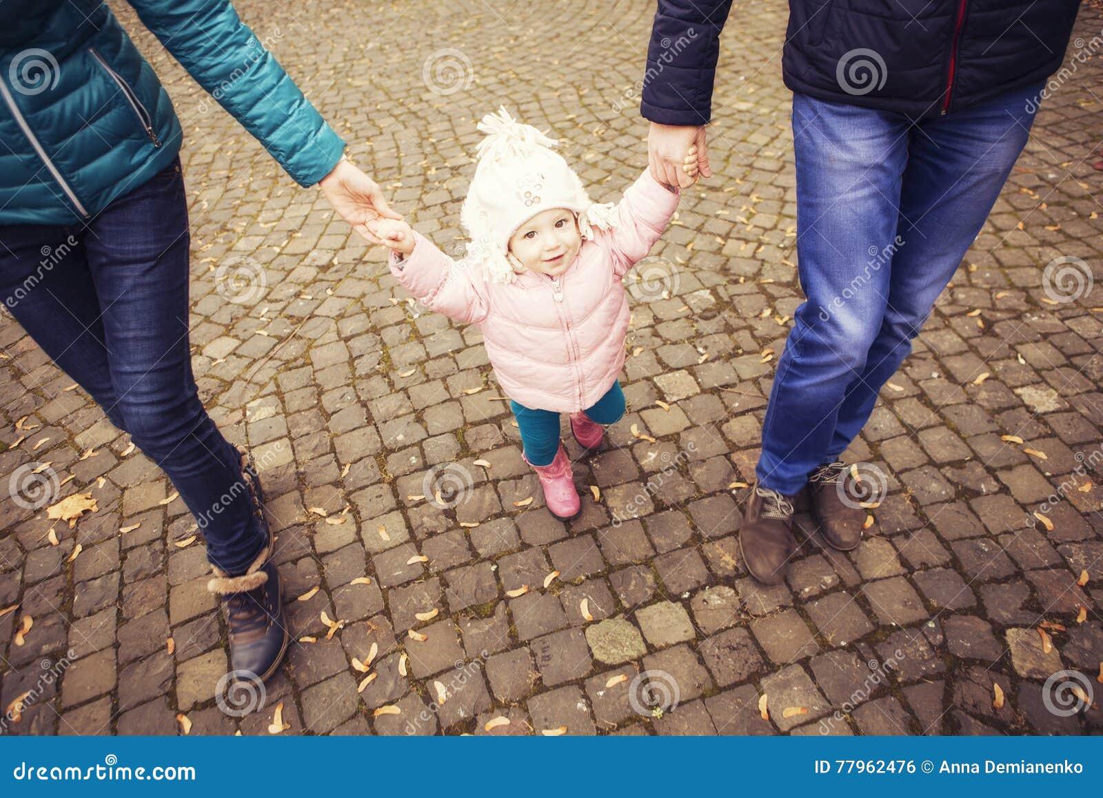 愉快的爱恋的family& x28; 母亲、父亲和一点女儿kid& x29;outd