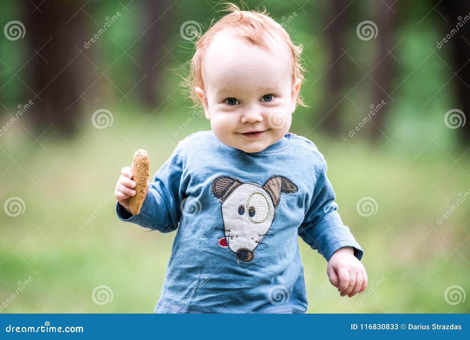 愉快的甜小孩在森林里