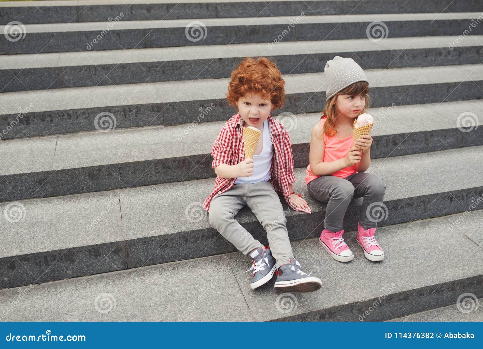 愉快的男孩和女孩用冰淇凌