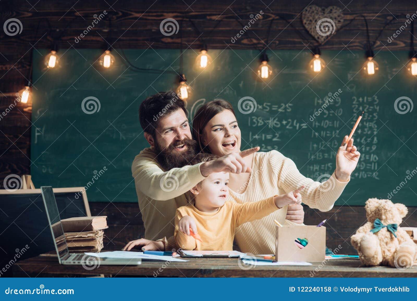 愉快的系列 愉快的家庭有明亮的想法 在类的愉快的家庭微笑和点手指 回到学校的愉快的家庭