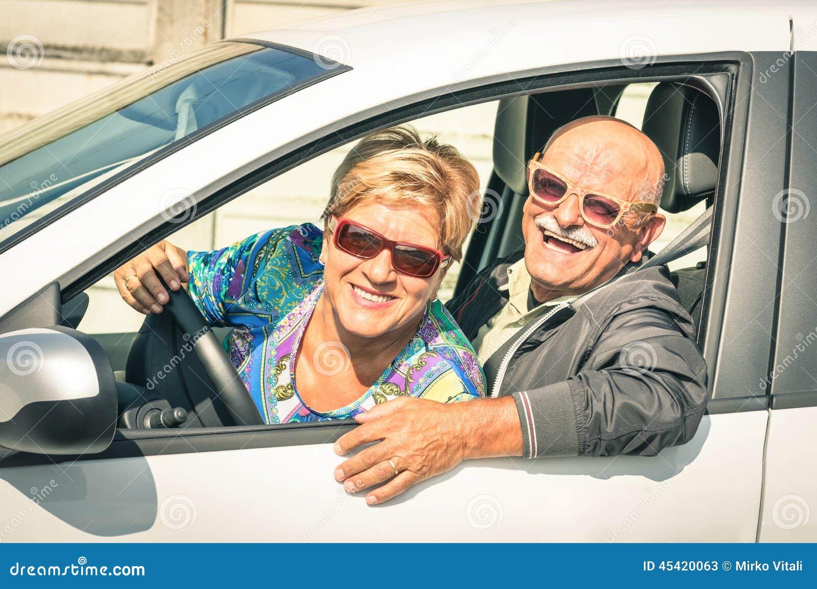 愉快的资深夫妇准备好汽车绊倒