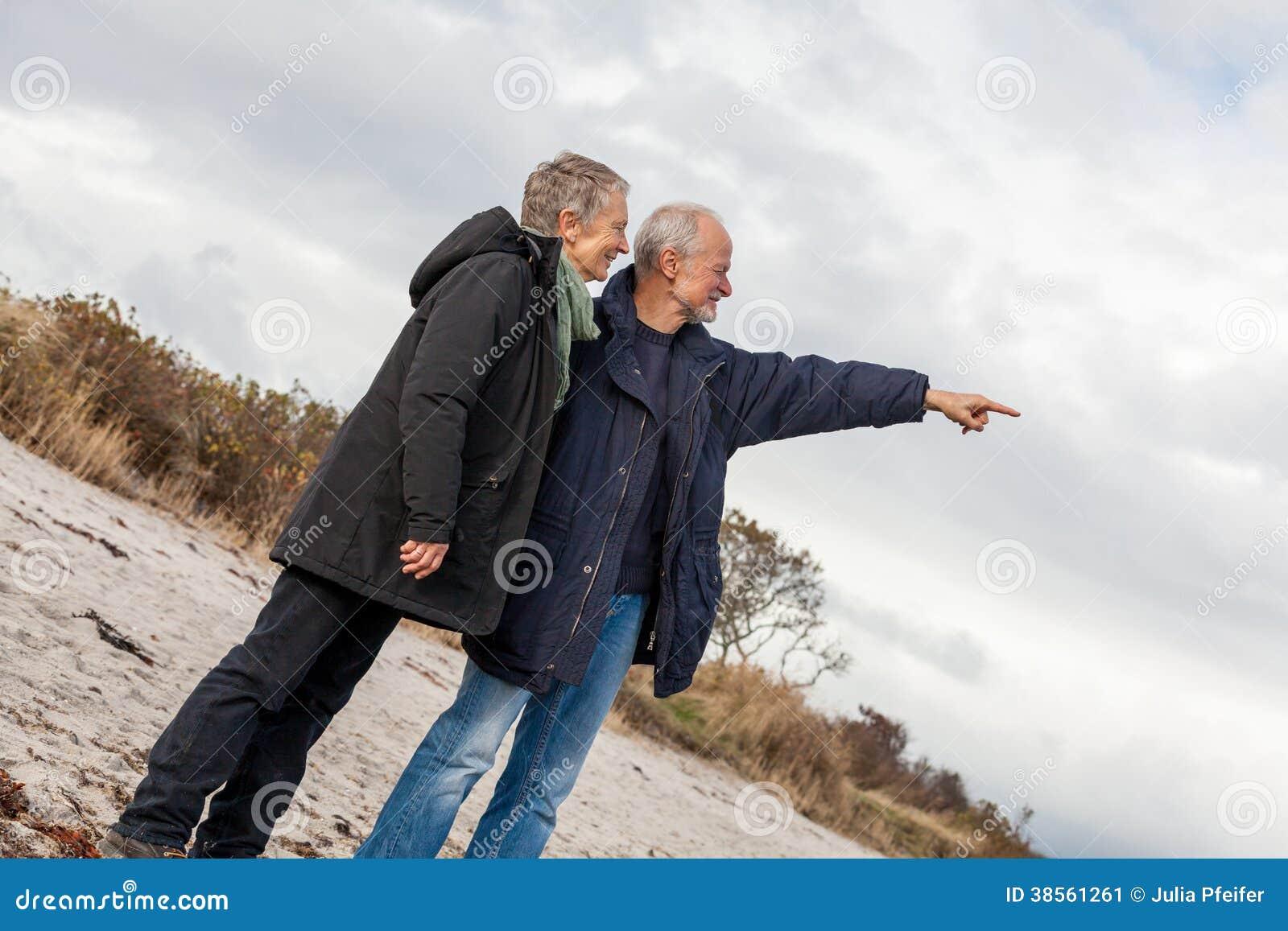 愉快的资深夫妇老年人一起