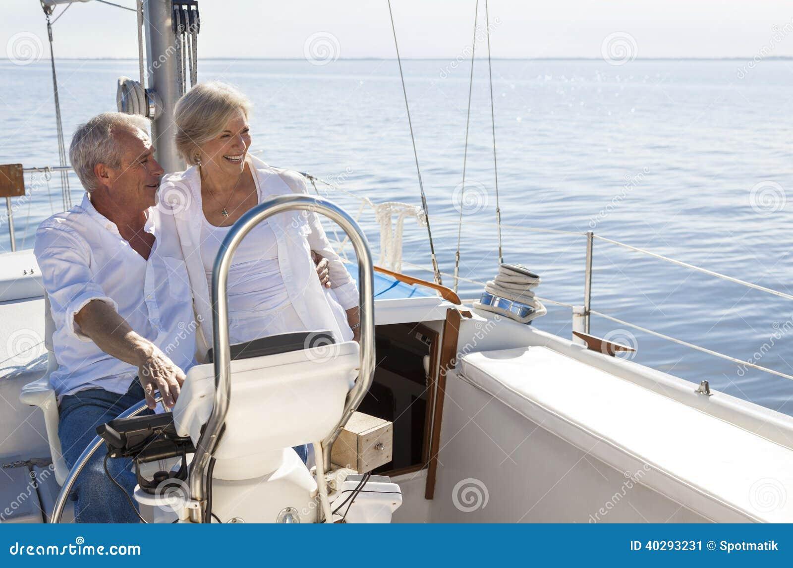 愉快的资深夫妇航行游艇或帆船
