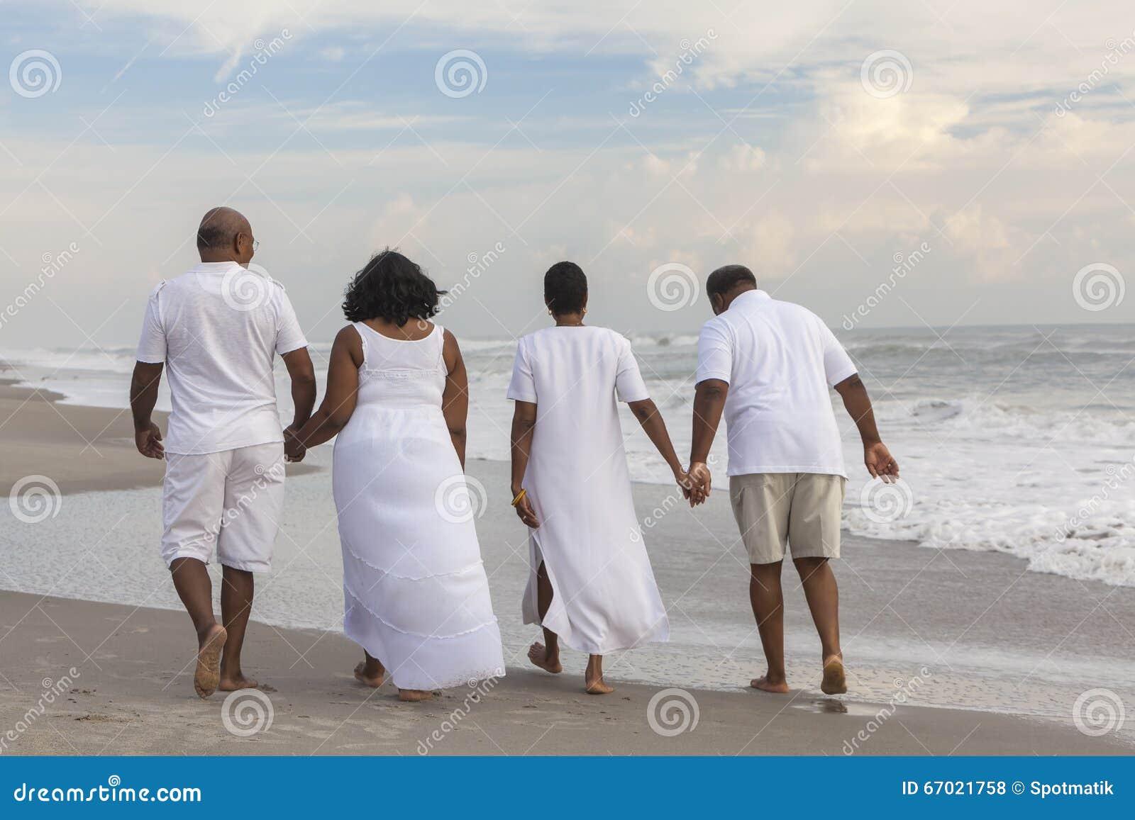 愉快的资深非裔美国人结合海滩的人妇女
