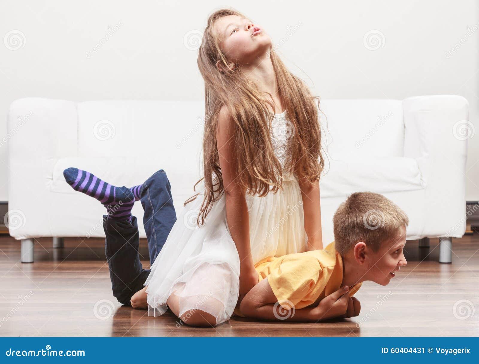 愉快的逗人喜爱的孩子获得小女孩和的男孩乐趣