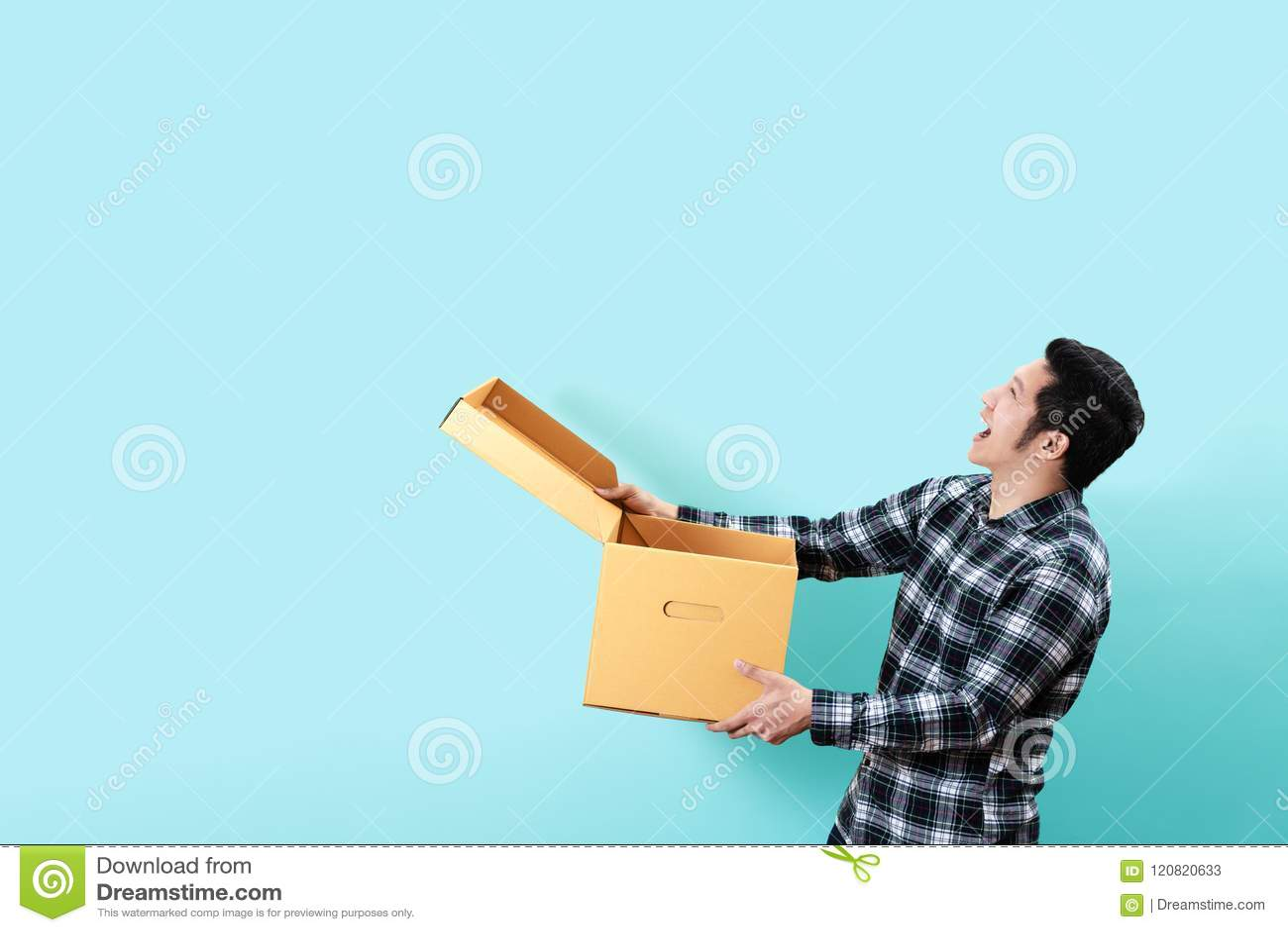 愉快的顾客亚裔人微笑的开头侧视图和藏品把复制装箱空间的查寻