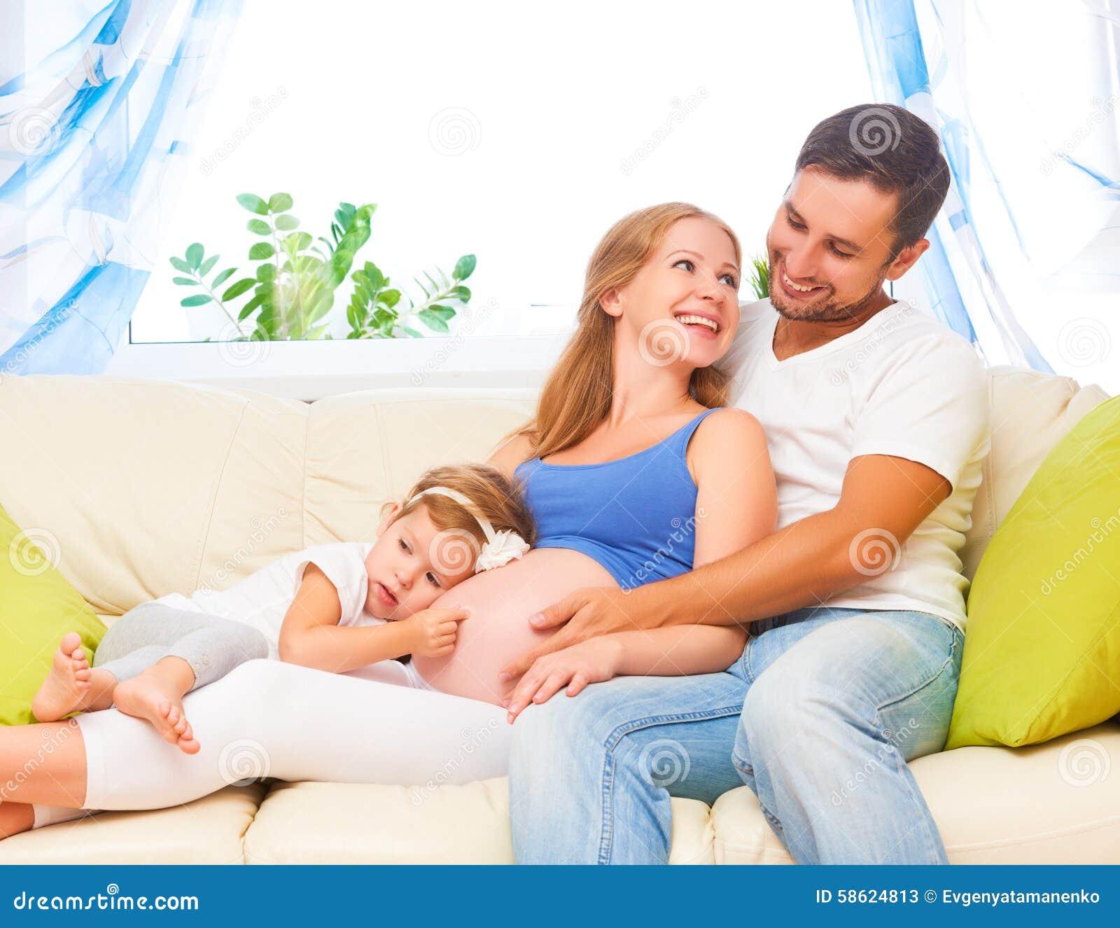 愉快的系列 怀孕的母亲、父亲和儿童女儿hom的