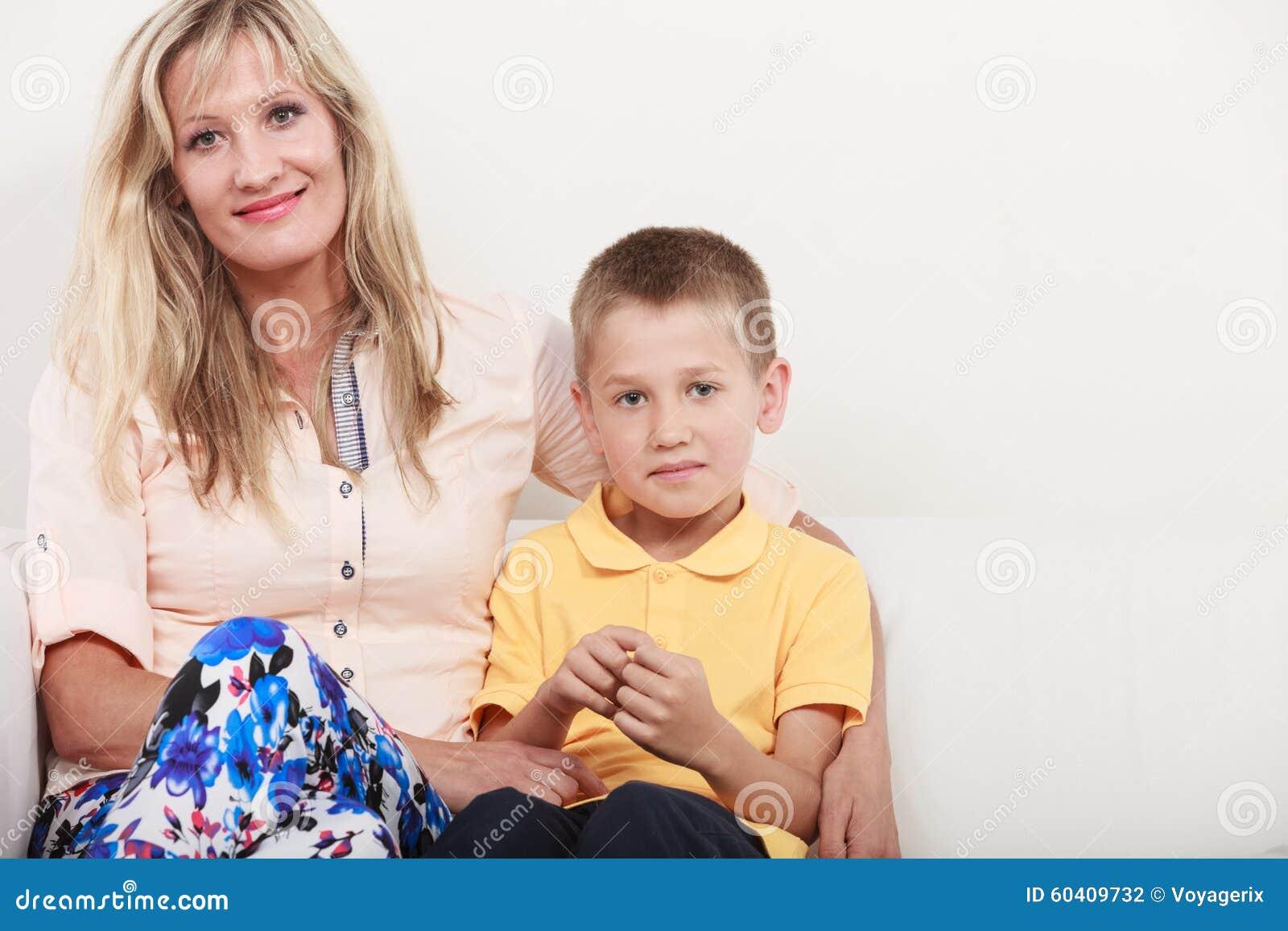 愉快的系列 母亲和孩子在沙发在家