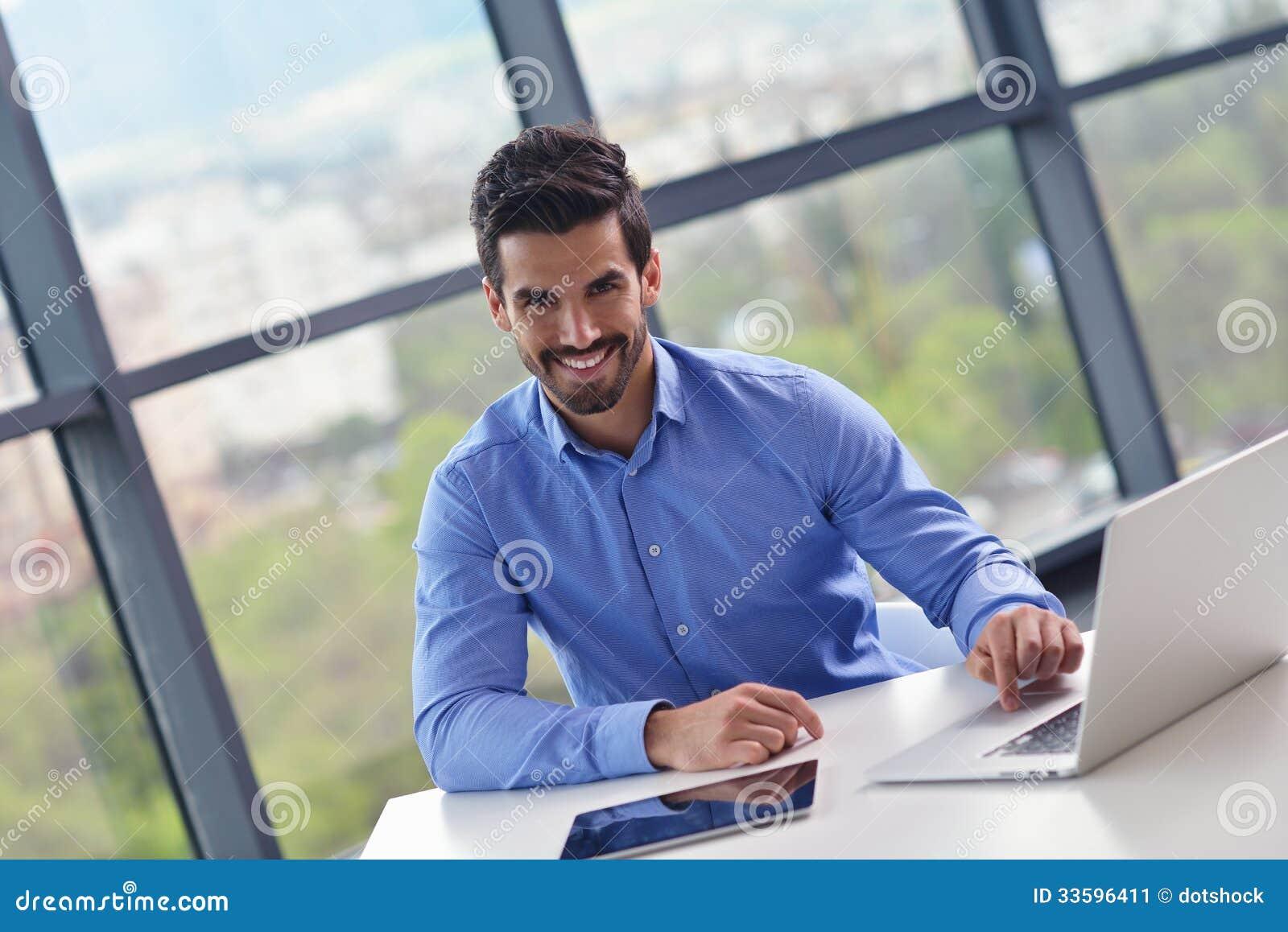 愉快的年轻商人在办公室