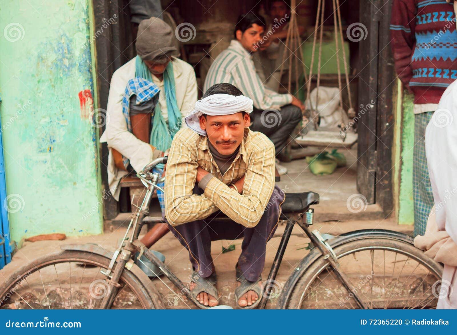 愉快的贫困者与他的周期坐街道