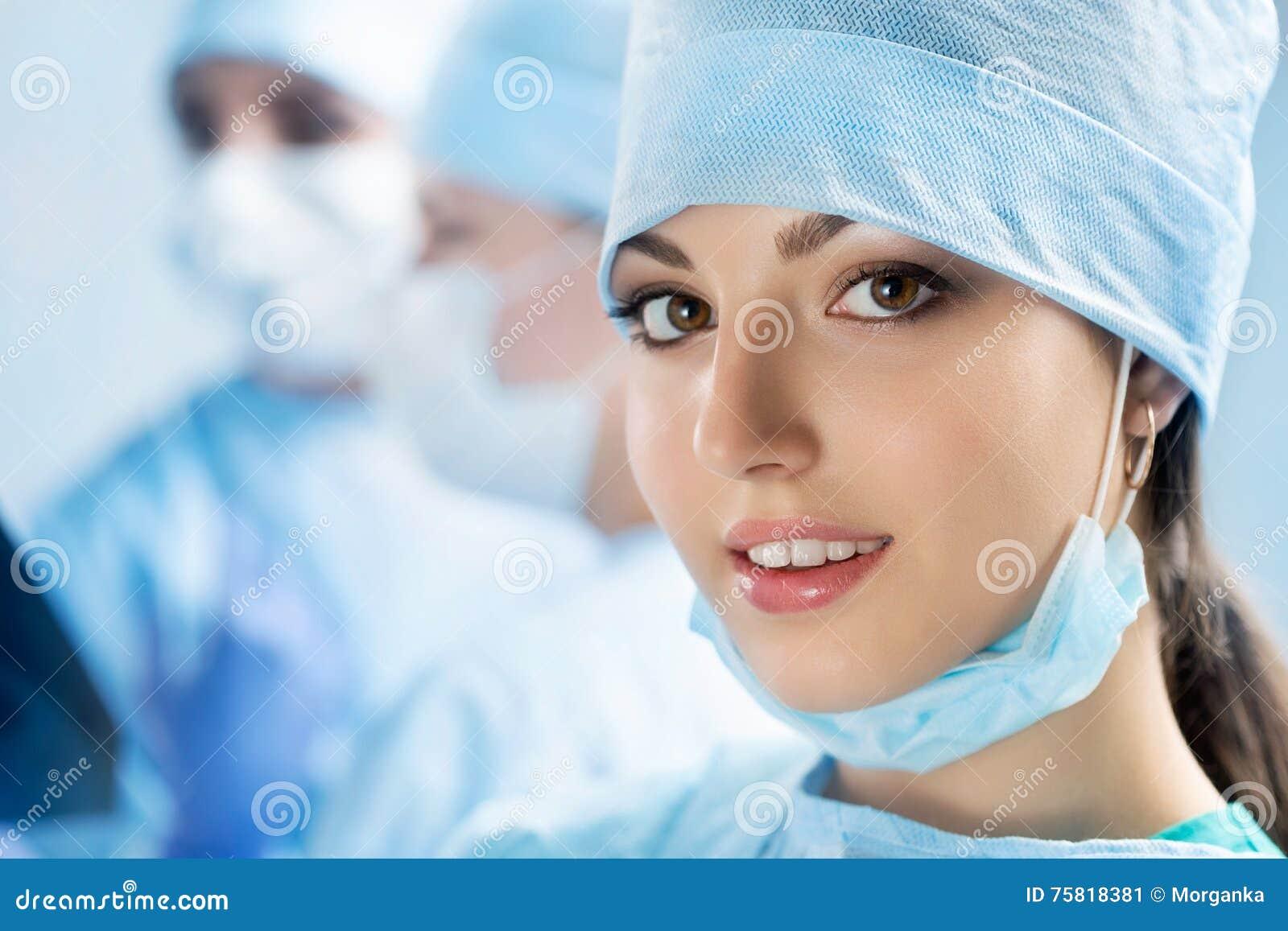 愉快的年轻女性外科医生或实习生画象