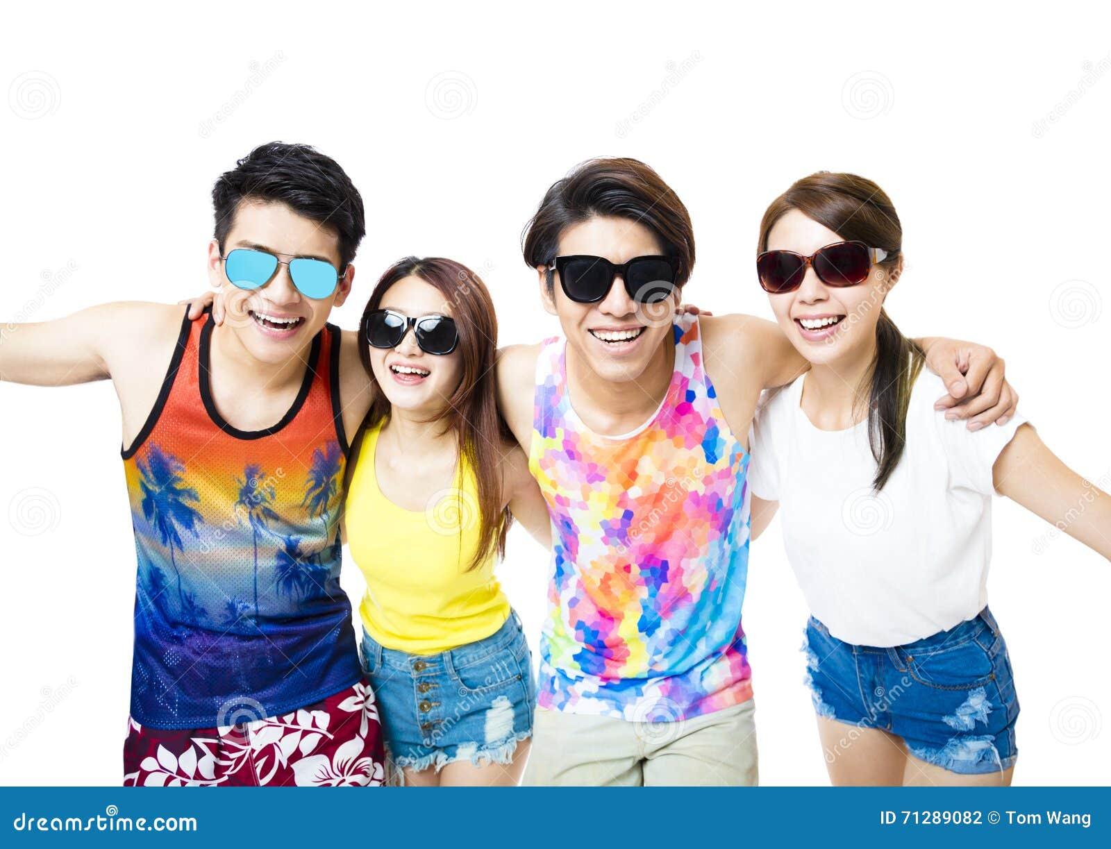 愉快的年轻小组享受暑假
