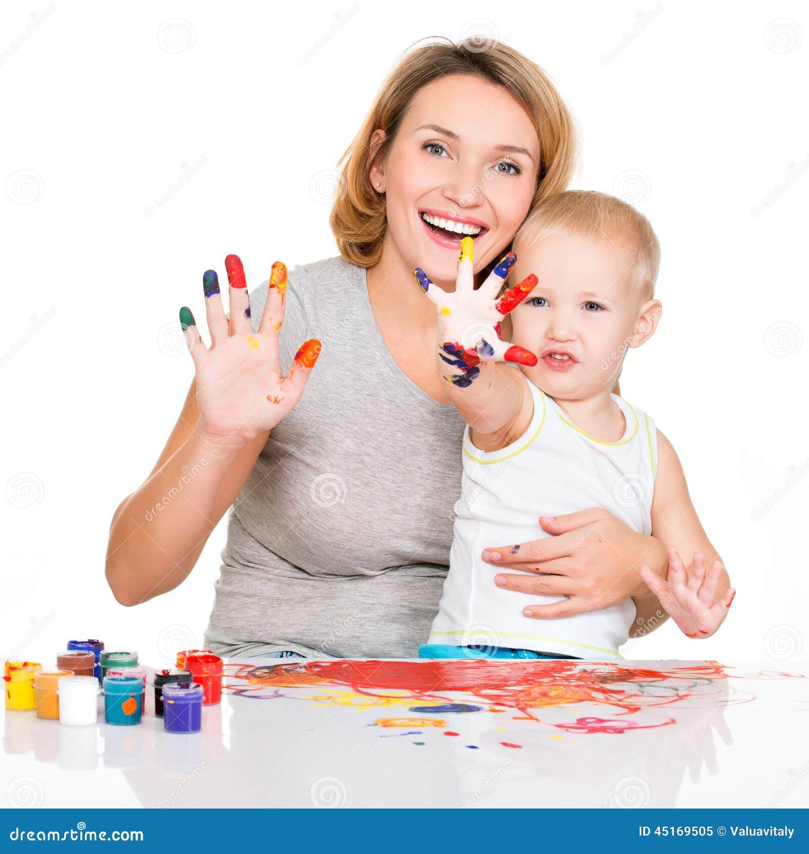 用_愉快的年轻母亲和孩子用被绘的手