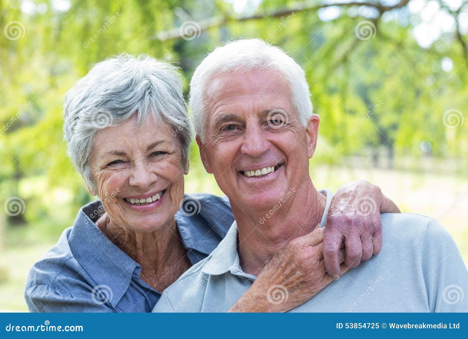 愉快老夫妇微笑